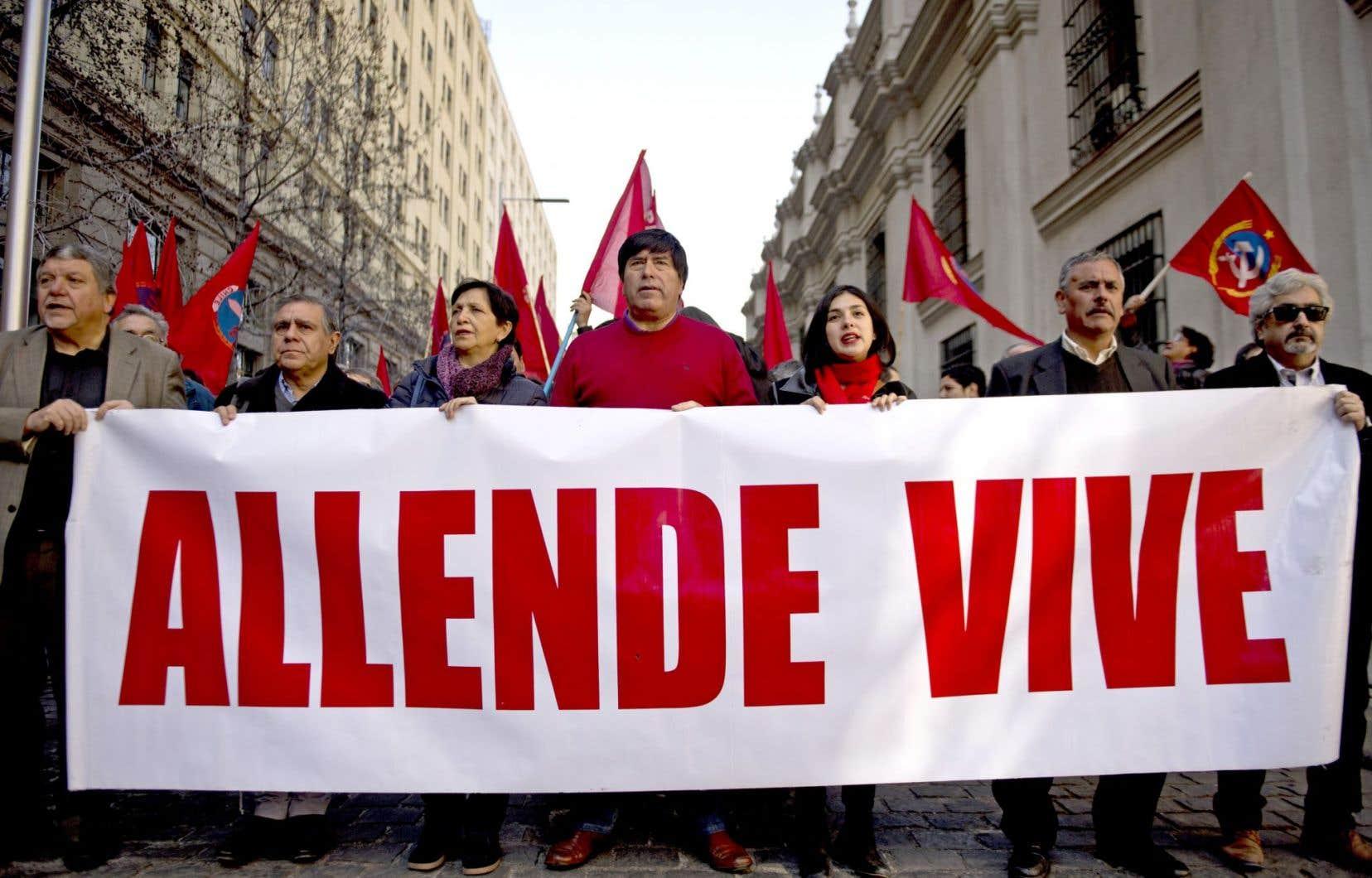 Des activistes lors d'un rassemblement commémorant le 42e anniversaire du coup d'État au Chili, le 11 septembre 2015. Sur l'affiche, on peut lire «Allende vit».