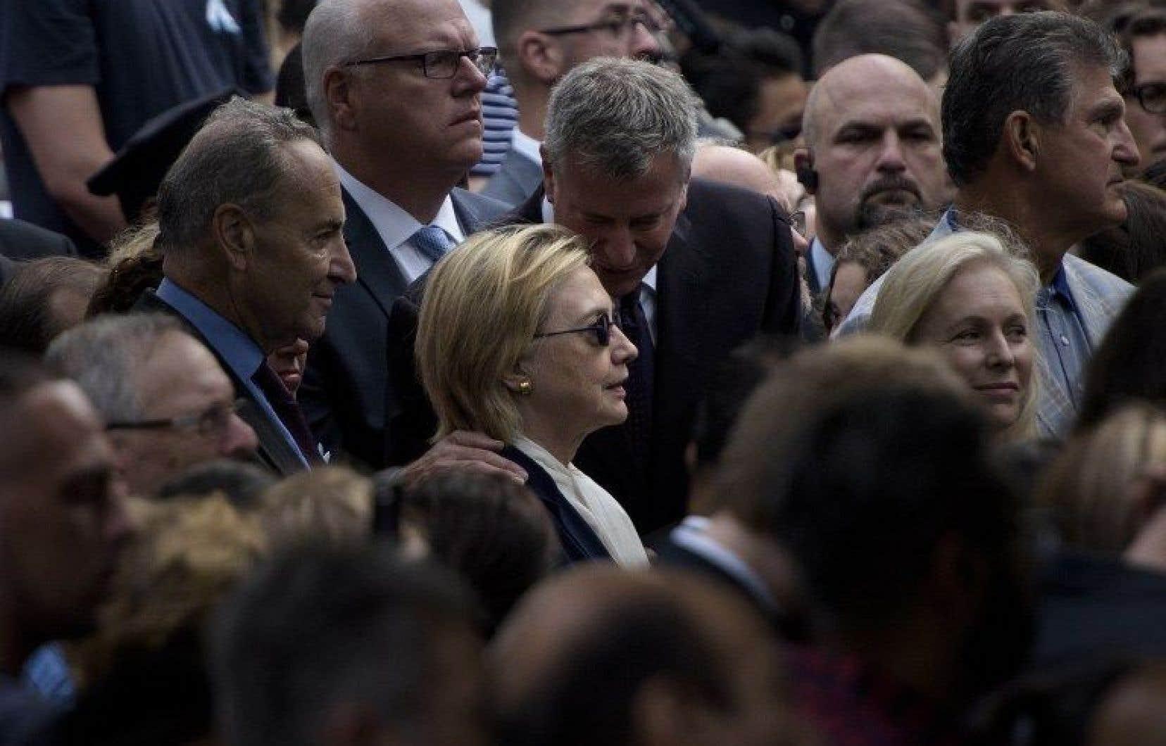 La candidate démocrate Hillary Clintona participé dimanche à la minute de silence à l'occasion de la cérémonie de commémoration des attentats du 11 septembre 2001, à New York.