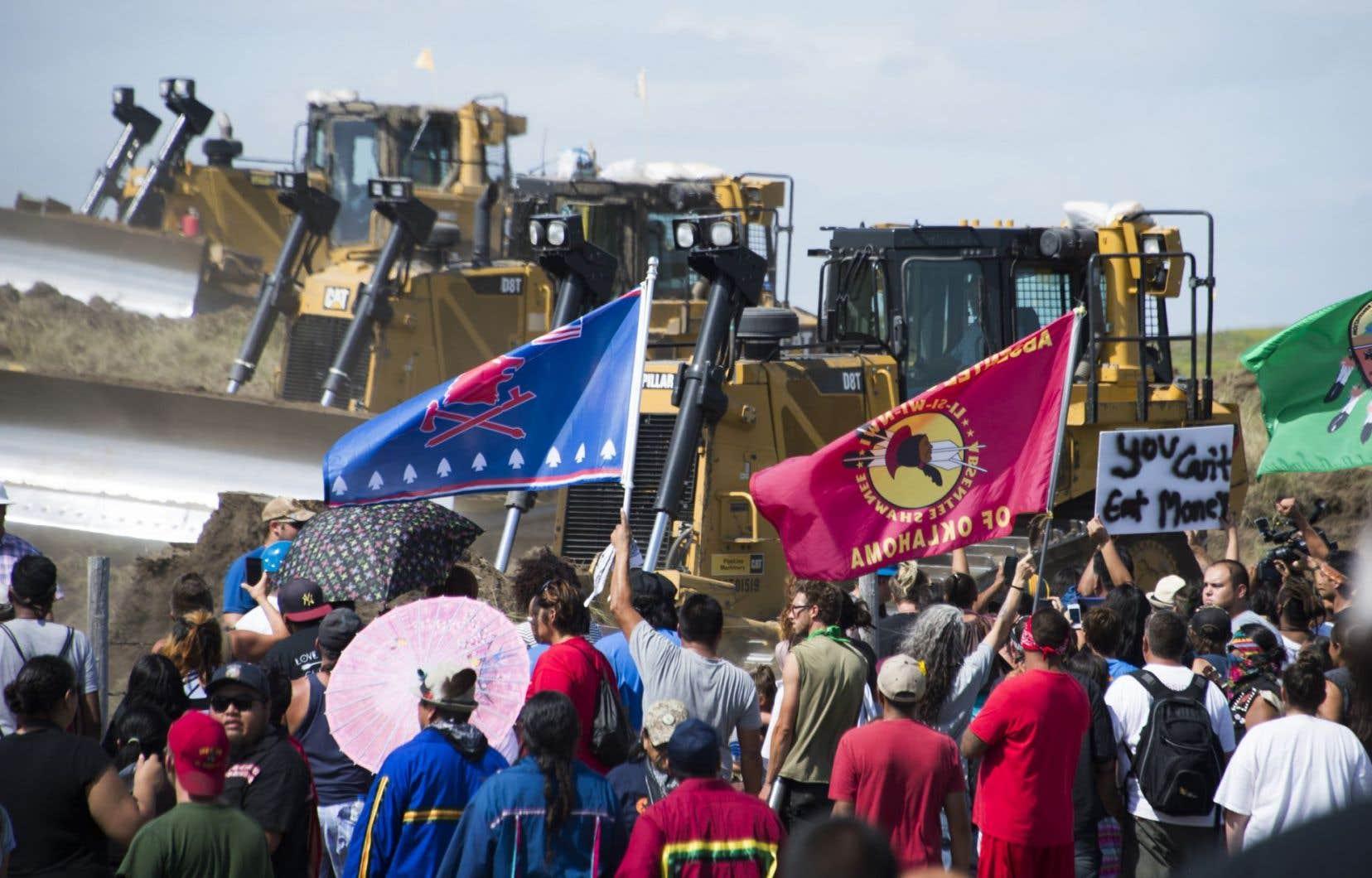 Cette photo datant du 3 septembre dernier montre des Sioux et leurs partisans devant des pelles mécaniques sur un site de construction d'un controversé pipeline au Dakota du Nord.