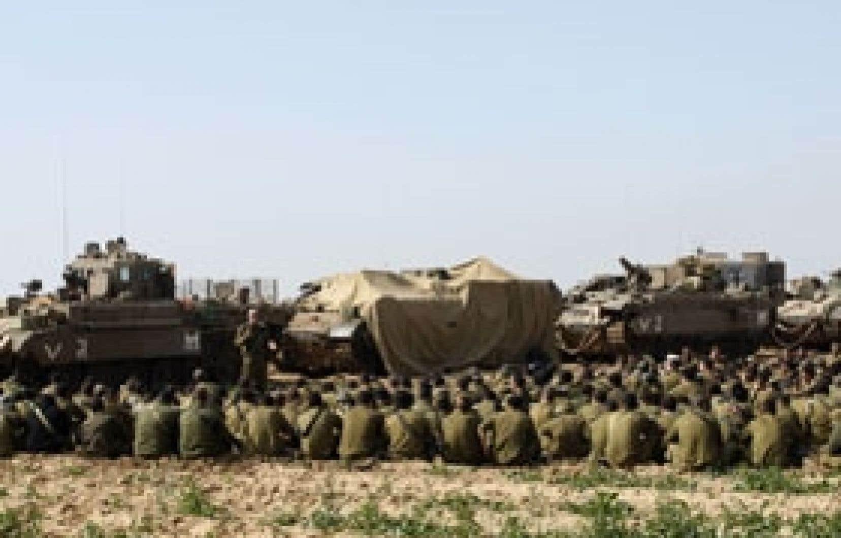 Des soldats israéliens ont fait une pause hier près de Beeri, à l'extérieur de la bande de Gaza.