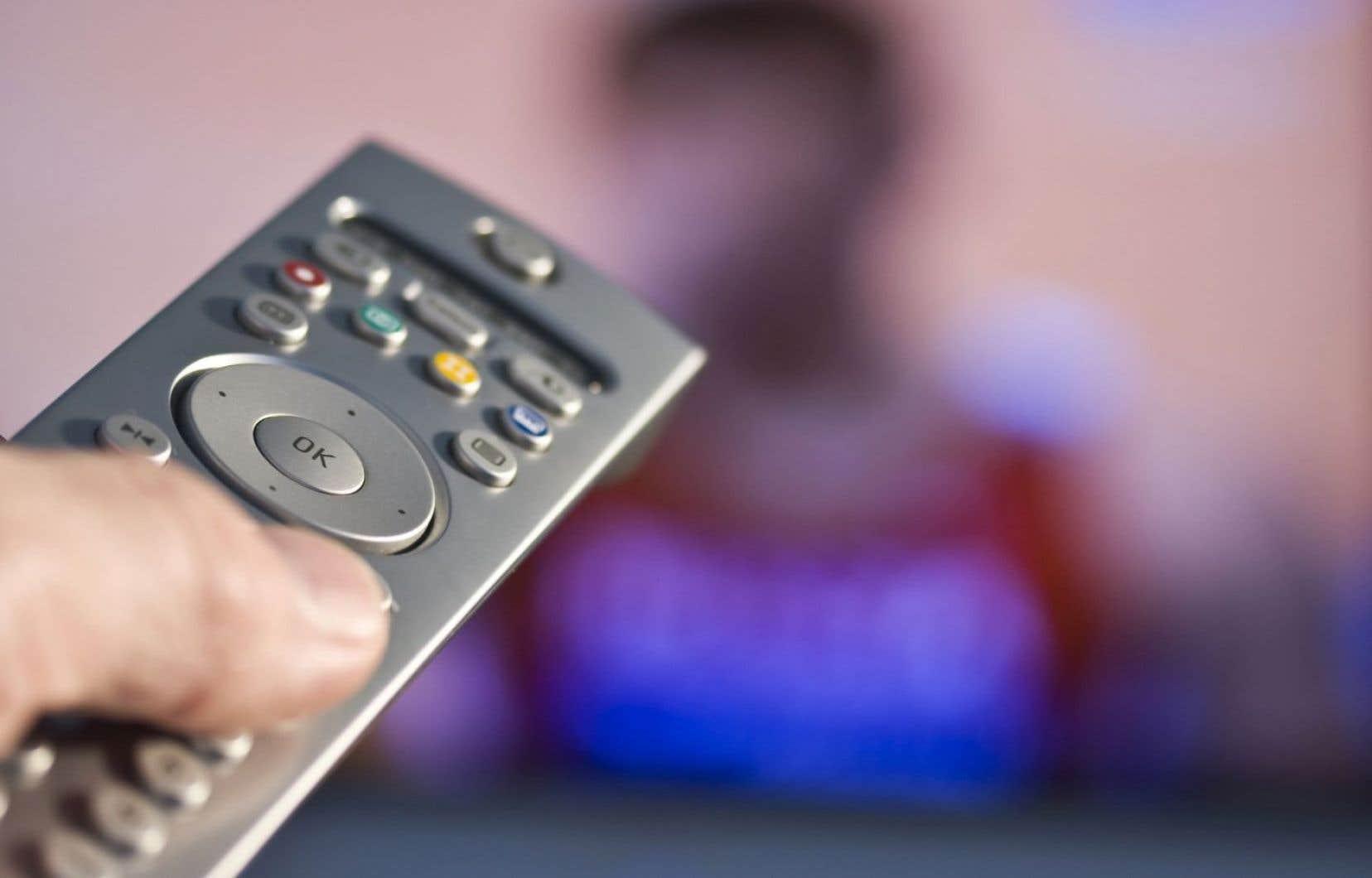 Chaque jour, 93% des adultes québécois regardent la télé et y passent en moyenne 33heures par semaine.