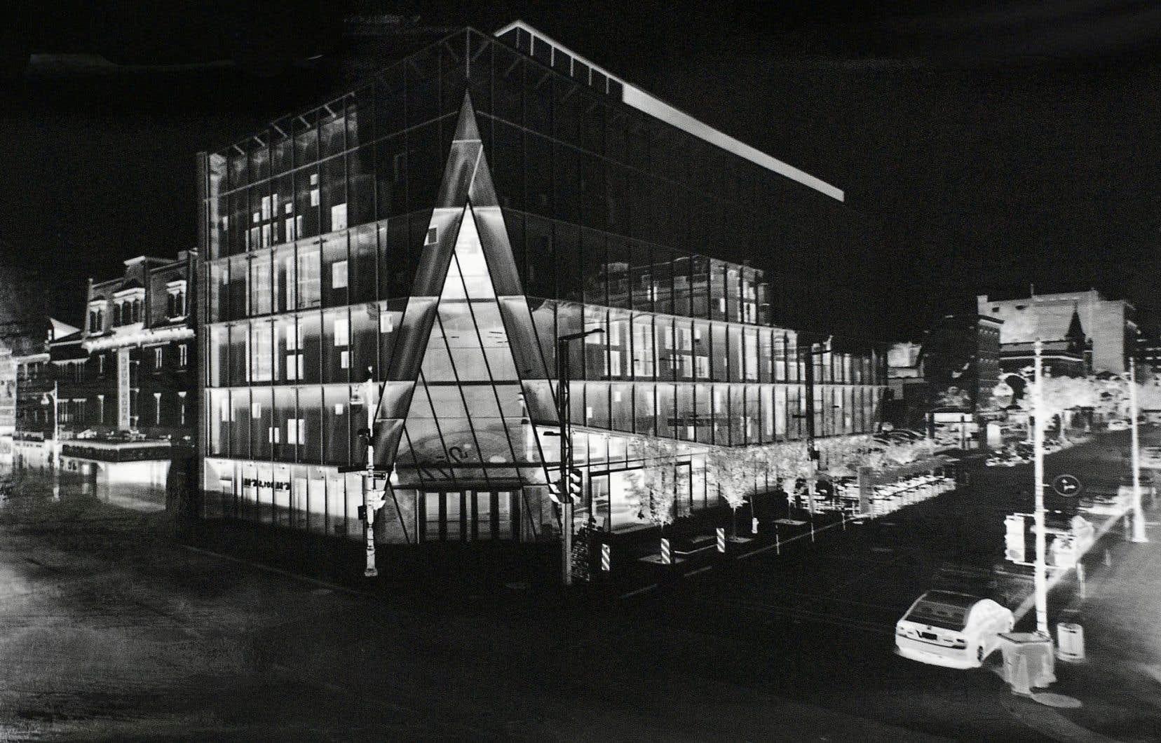 L'édifice du 2-22, à l'angle de la rue Sainte-Catherine et du boulevard Saint-Laurent, est singulièrement capté par le photographe.