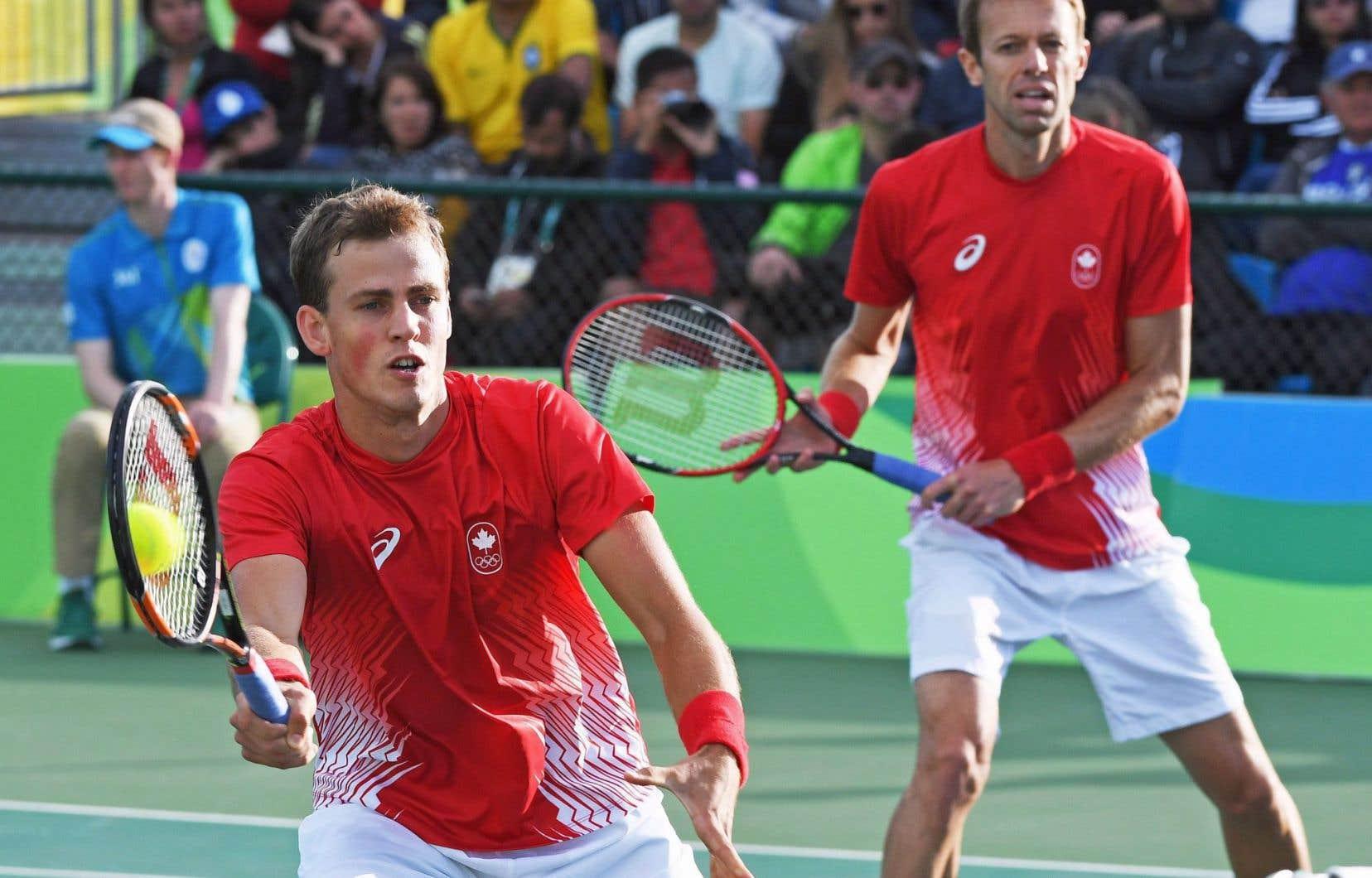 Vasek Pospisil, à gauche, avec son coéquipier Daniel Nestor dans un match de double lors des Jeux de Rio.