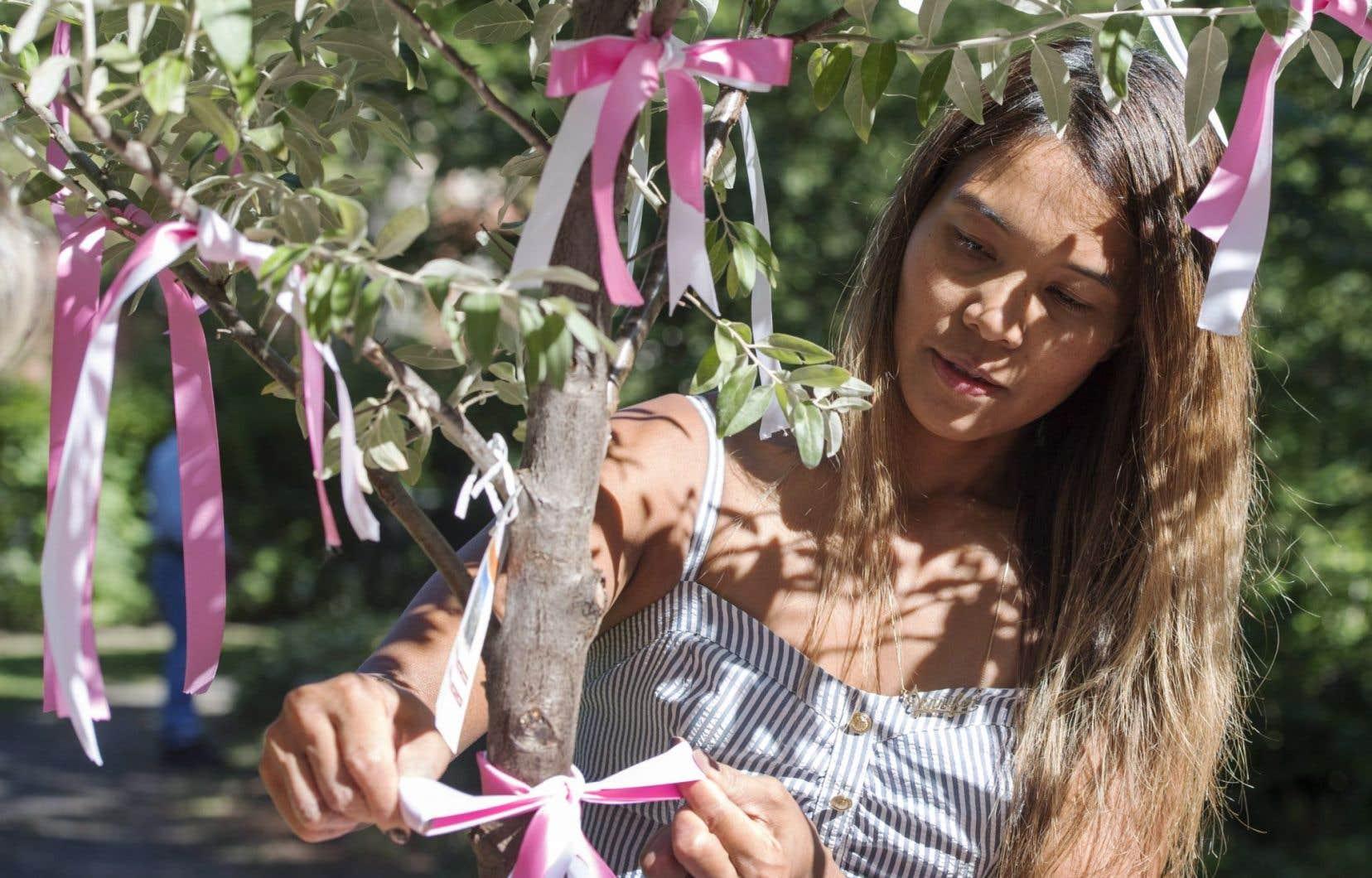 Une cérémonie a eu lieu mardi pour commémorer les 10 ans de la fusillade survenue au collège Dawson et se souvenir de l'étudiante, Anastasia De Sousa, qui y a trouvé la mort sous les balles de Kimveer Gill. Des centaines de personnes étaient rassemblées dans la cour de l'établissement montréalais, près du Jardin de la paix où se trouve l'arbre d'Anastasia (en photo). Plusieurs y ont attaché un ruban en signe de paix.