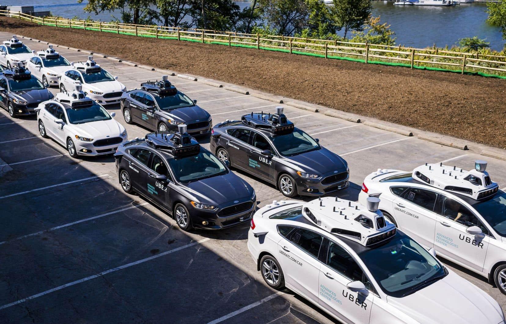 Les voitures d'Uber sont facilement reconnaissables avec tout leur équipement sur le toit.