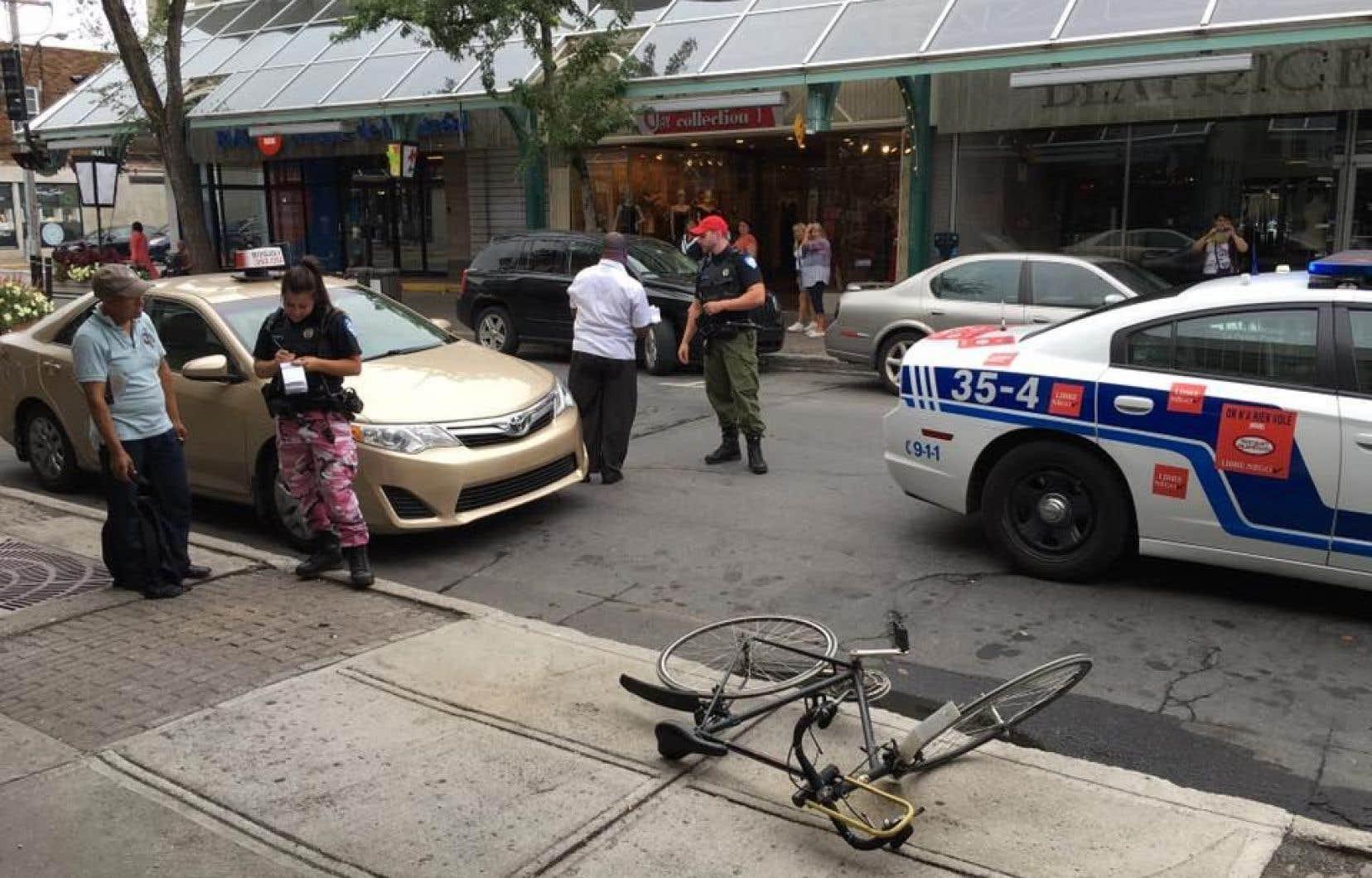 Des patrouilleurs ont donné une contravention à l'automobiliste après un accident sur la Plaza Saint-Hubert, jeudi dernier. Seule une ambulance avait été dépêchée sur les lieux après l'appel au 911.