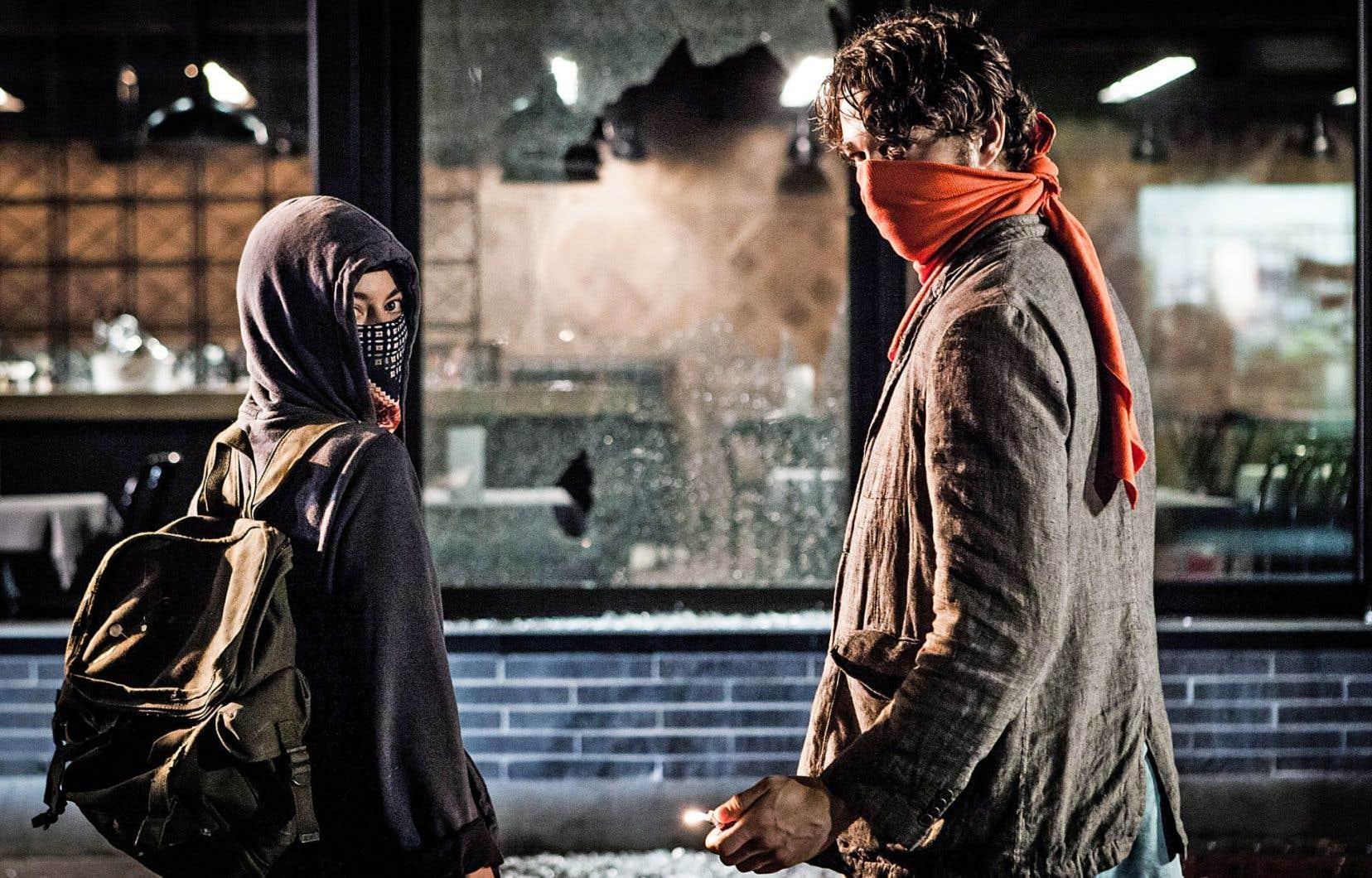 «Ceux qui font les révolutions à moitié n'ont fait que se creuser un tombeau» est une œuvre ardente et poétique, sur les lendemains de l'effervescence des carrés rouges, qui allie une exploration des idéaux de la jeunesse à des audaces formelles.