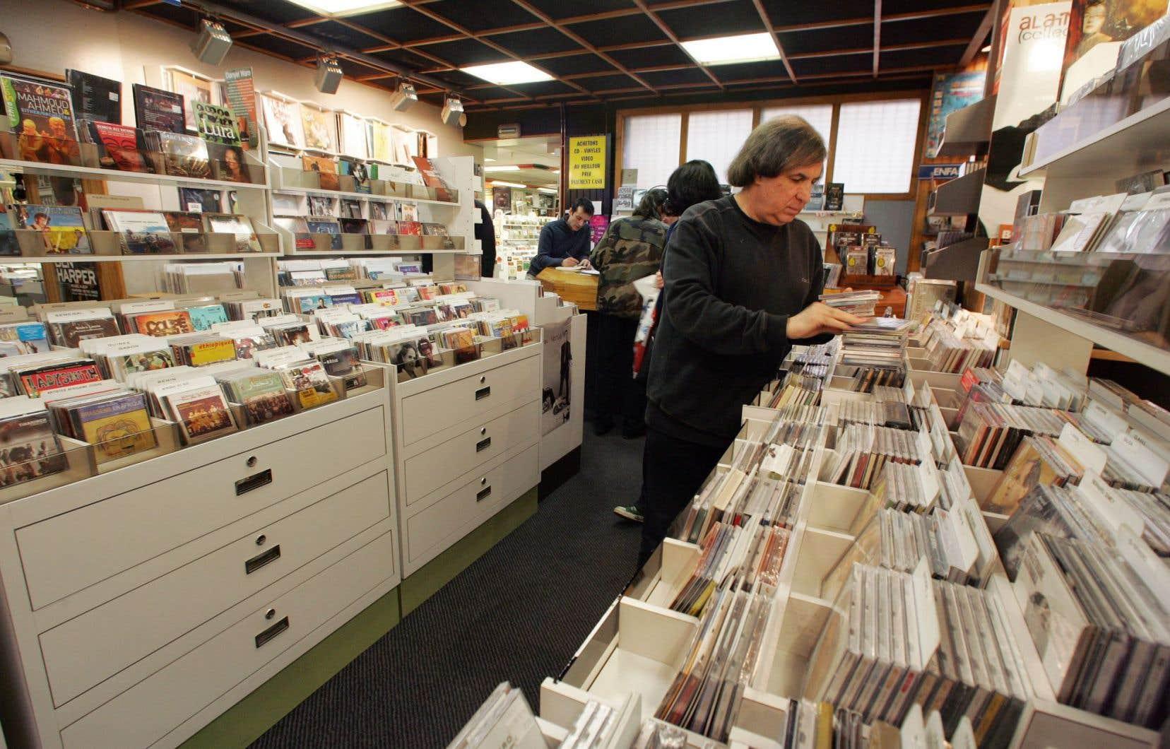 Une image qui, en France comme partout ailleurs, devient de plus en plus rare: un disquaire avec des consommateurs. Au Canada, les ventes de disques physiques ont baissé de 70 % en dix ans.