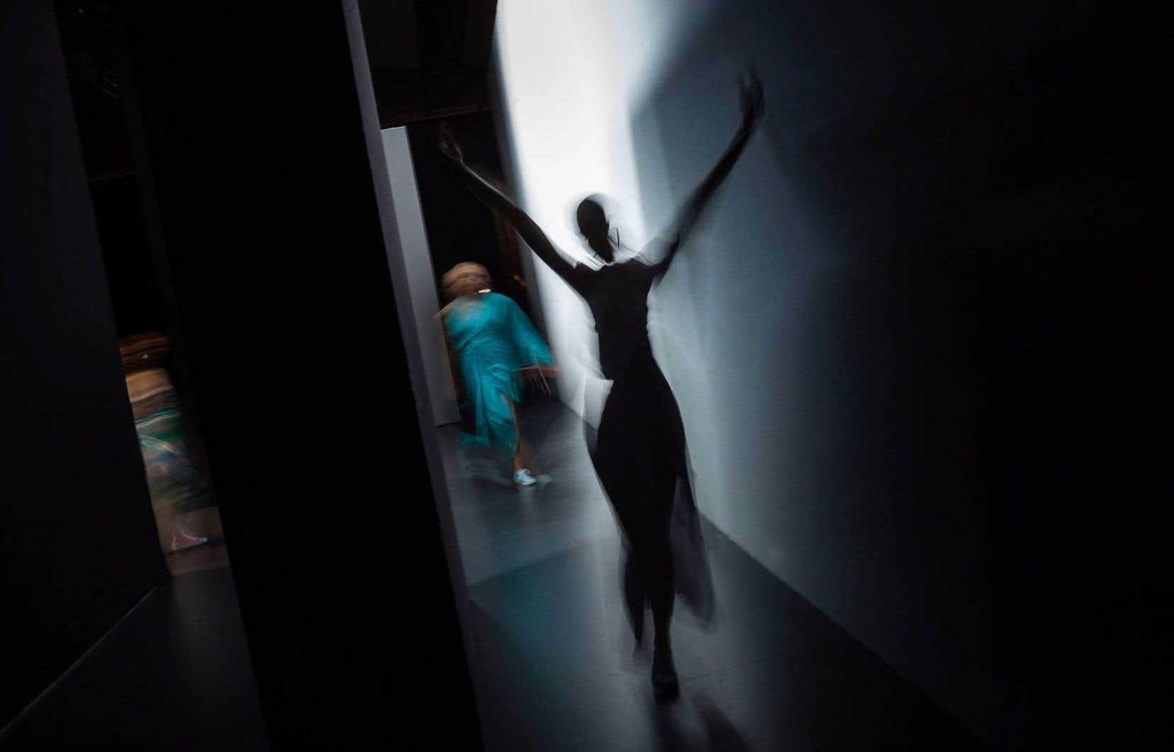 Un mannequin apparaît dans les coulisses d'un défilé lors du Salon international de la mode à Madrid.