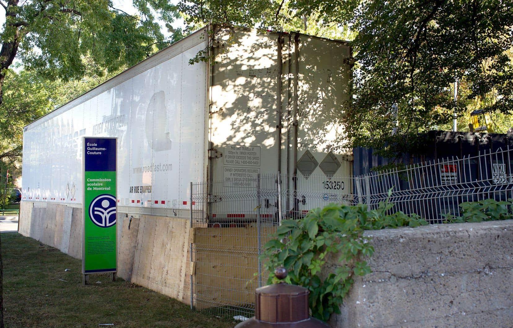 Des ouvriers sont à l'œuvre pratiquement sept jours sur sept, et parfois même la nuit, à l'école primaire Guillaume-Couture, dans l'arrondissement Mercier–Hochelaga-Maisonneuve.