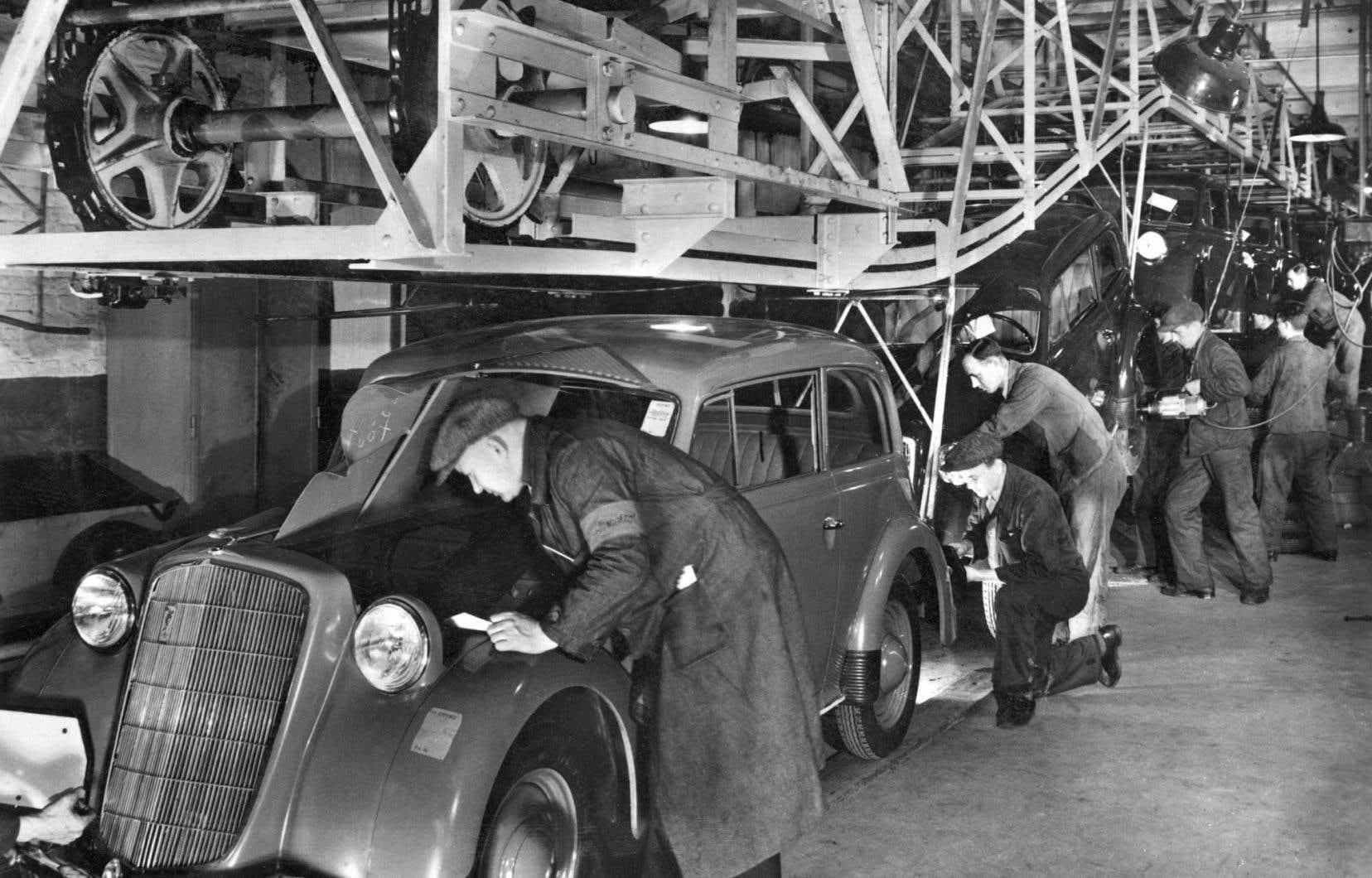Des ouvriers d'une usine Opel, en août 1937