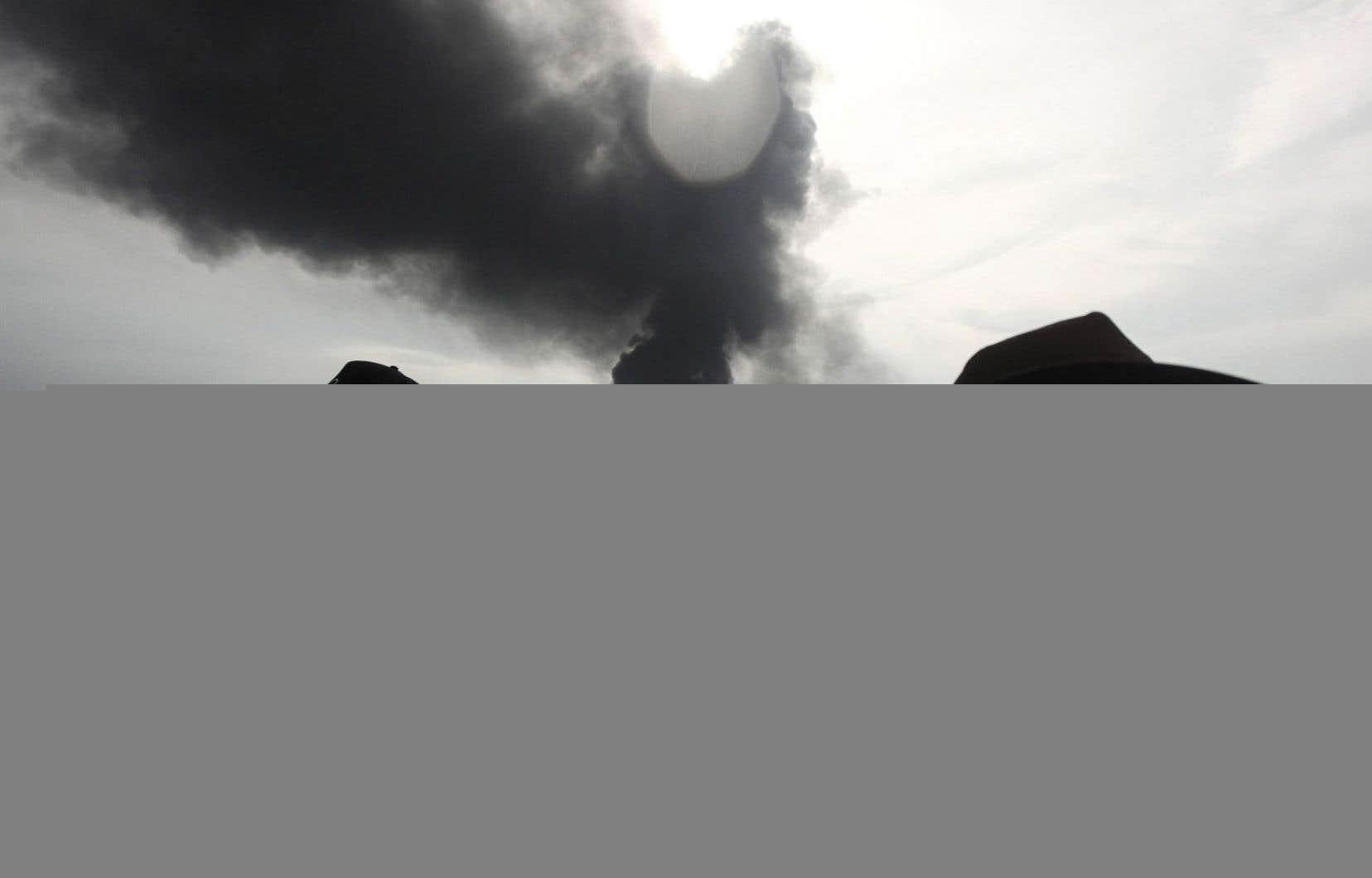 Des membres de Sea Shepherd, une organisation vouée à la conservation de la biodiversité marine, surveillent l'incendie qui s'est déclaré samedi sur le navire-citerne Burgos, au large de Boca del Rio, au Mexique. Le feu a été éteint après avoir brûlé plus de 24 heures, sans faire de victimes. Des fuites d'hydrocarbures auraient toutefois été relevées.