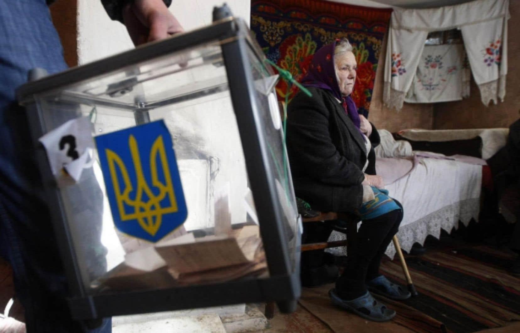Cette Ukrainienne n'a pu se déplacer hier pour aller voter. Qu'importe, elle a accompli son devoir de citoyenne en restant tranquillement chez elle...