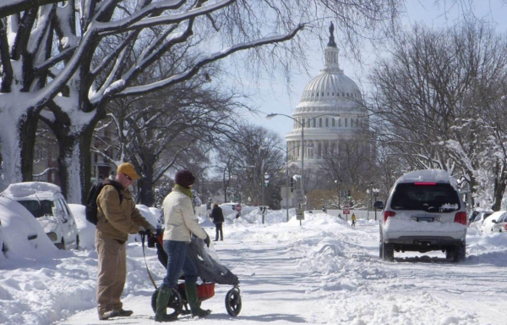 Une famille en promenade dans la neige à Washington