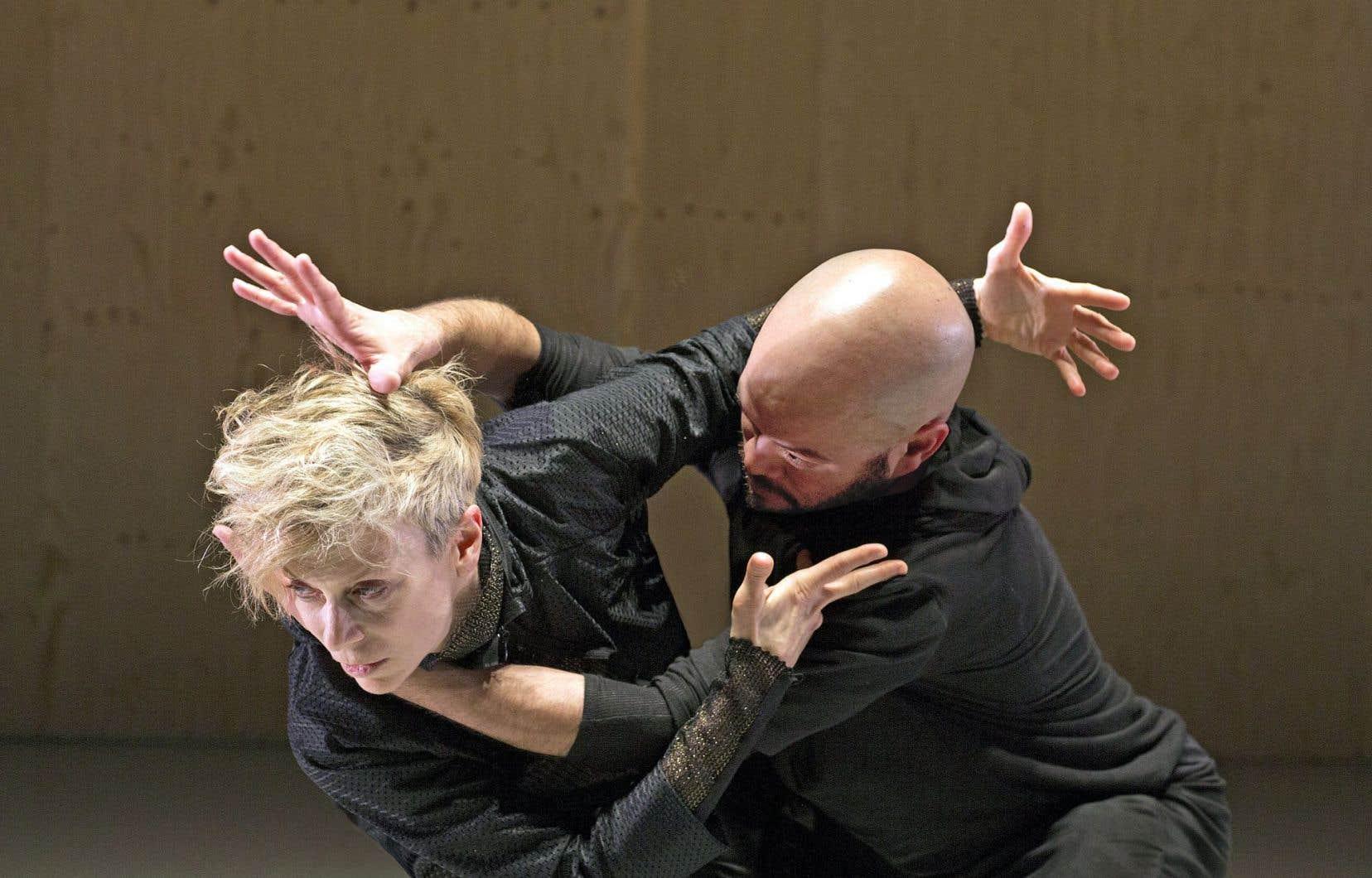 Louise Lecavalier (ci-dessus en compagnie de Robert Abudo), pour la première fois à la Biennale de la danse de Lyon, a présenté le spectacle «Mille batailles».