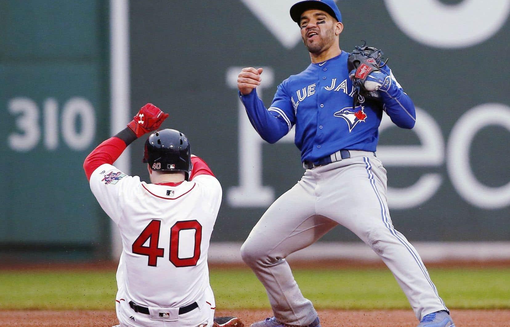 Devon Travis (à droite sur la photo) et Troy Tulowitzki ont mené les Jays à cette victoire cruciale contre les Red Sox de Boston, dimanche.