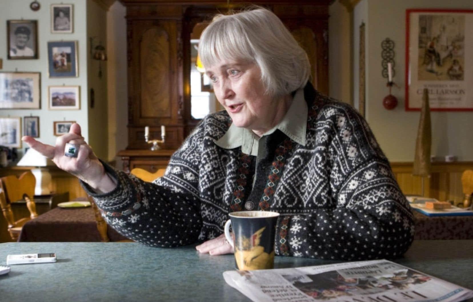 Tous les matins, Sigrid Simonsen se fait une grande tasse de thé et consacre de longs moments à la lecture de son Devoir.