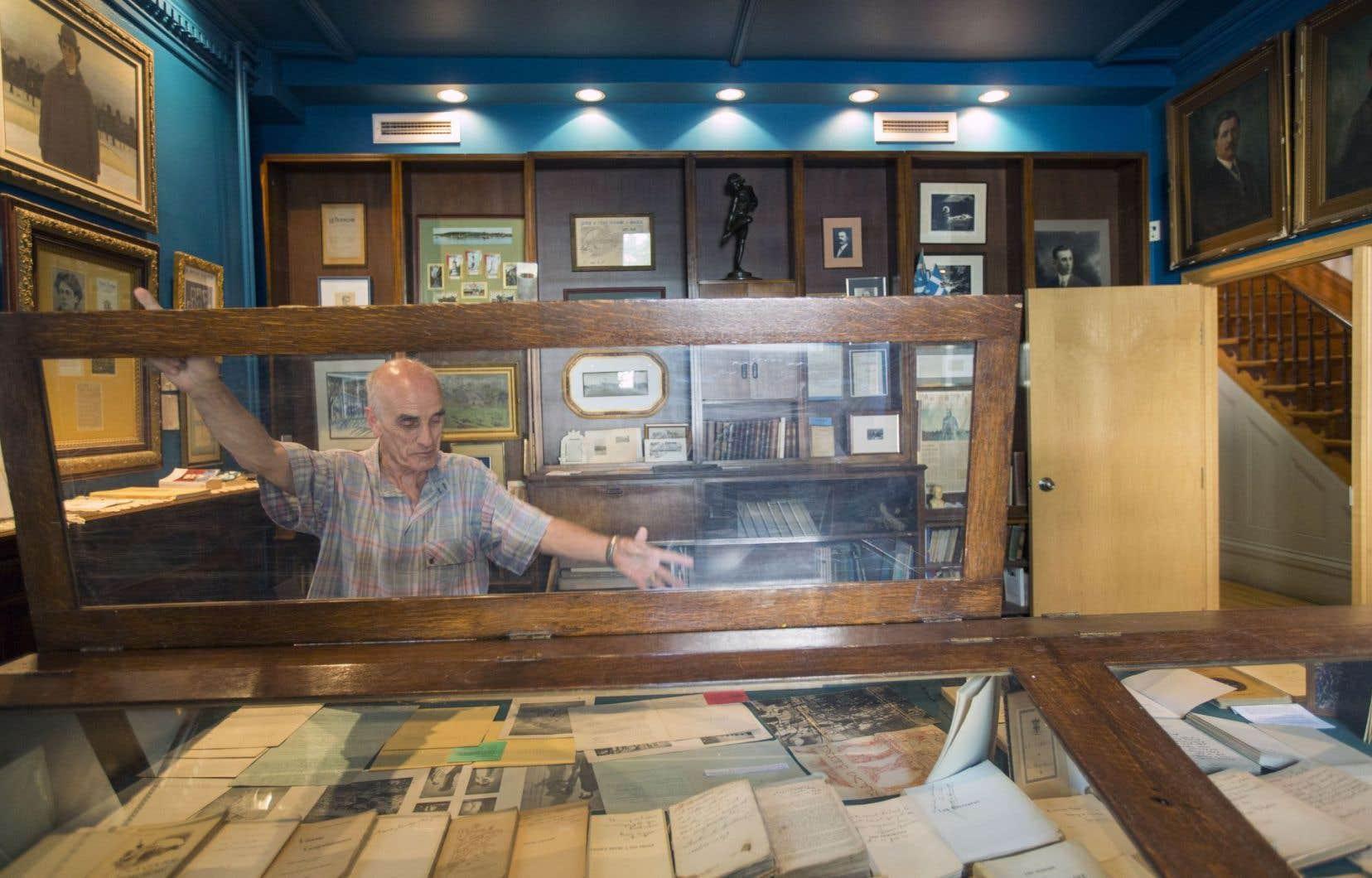 Gaëtan Dostie a collectionné tout au long de sa vie des documents littéraires uniques réunis au sein de la Médiathèque, qui a été contrainte de fermer au public.