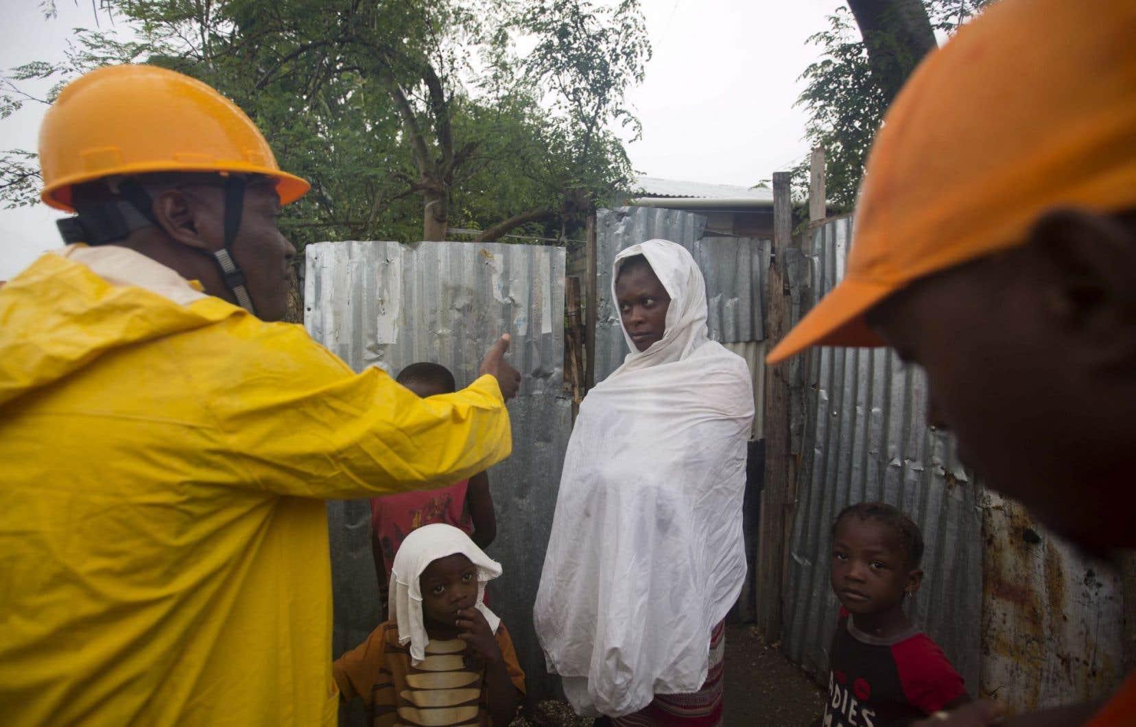 En Haïti, les responsables sont passés de porte en porte dans les villes de Jérémie et des Cayes, pour informer la population de l'approche de l'ouragan. Au moins 1200 personnes ont été évacuées.