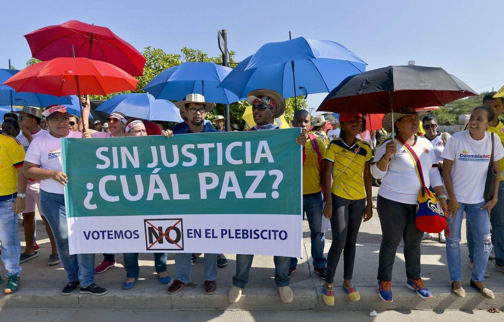 Selon Alejandro Angel, le leader du camp du Non, le sénateur et ex-président Álvaro Uribe, a joué un rôle important dans l'échec du référendum. C'est un populiste qui jouit d'un contact direct avec les masses et qui cultive un style autoritaire qui plaît à plusieurs.