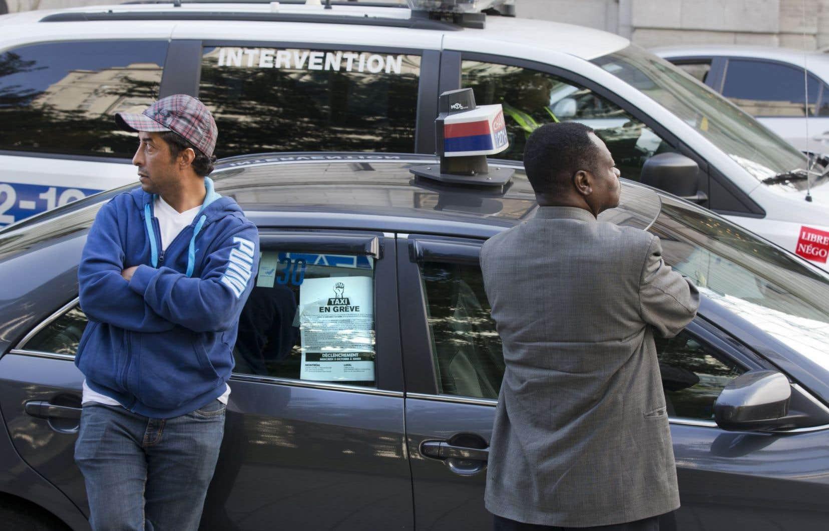 La manifestation s'est déroulée dans le calme à Montréal, mais les policiers ont quand même distribué 16 constats d'infraction au Code de la sécurité routière.