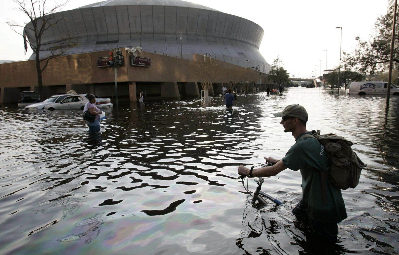 Avec le passage de «Katrina», en 2005, les digues cèdent à La Nouvelle-Orléanset environ 80% de la ville est submergée.
