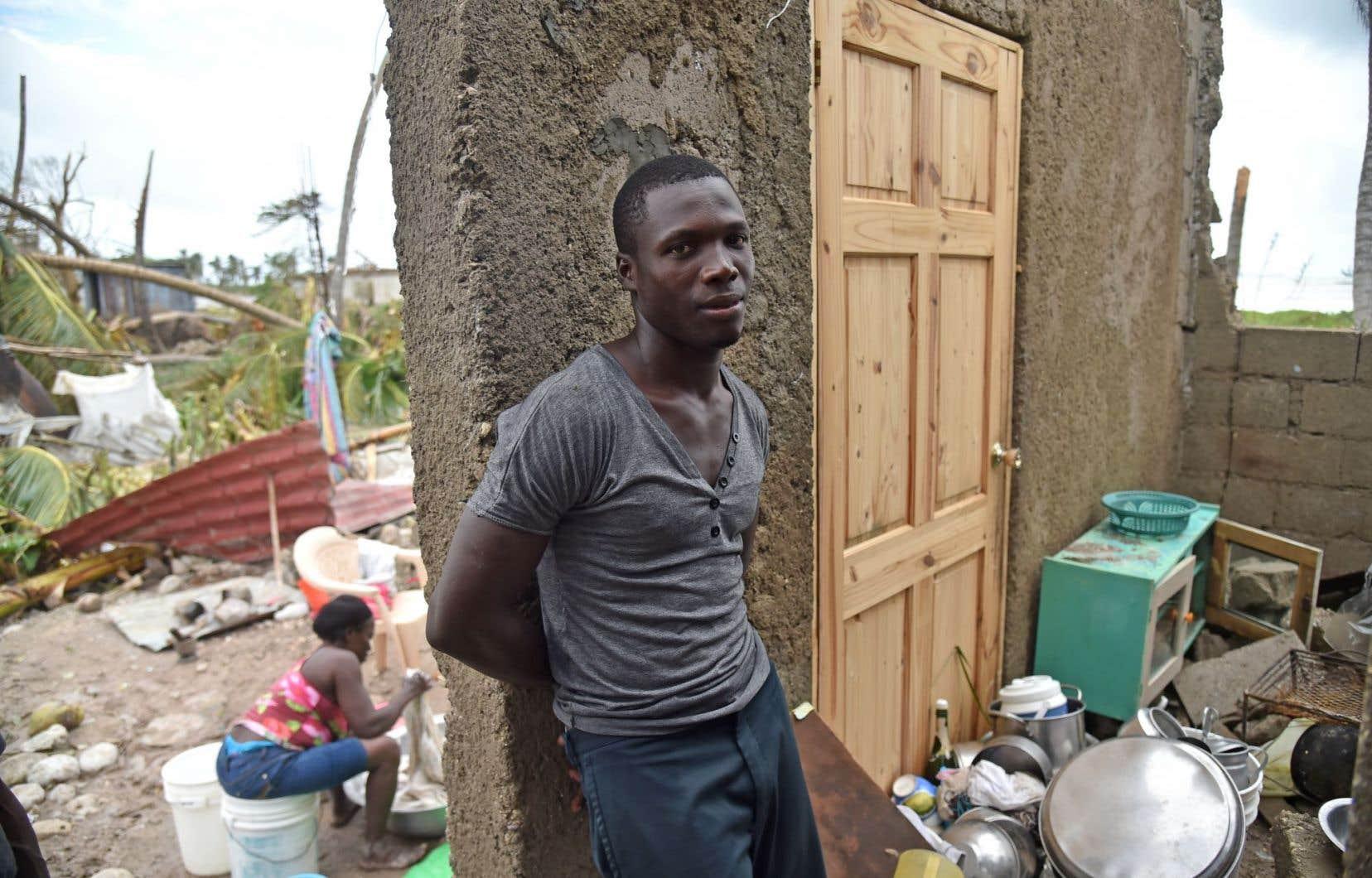 À Croix-Marche à Terre, un homme est appuyé sur un des rares murs de sa maison qui ont résisté au passage de l'ouragan Matthew.