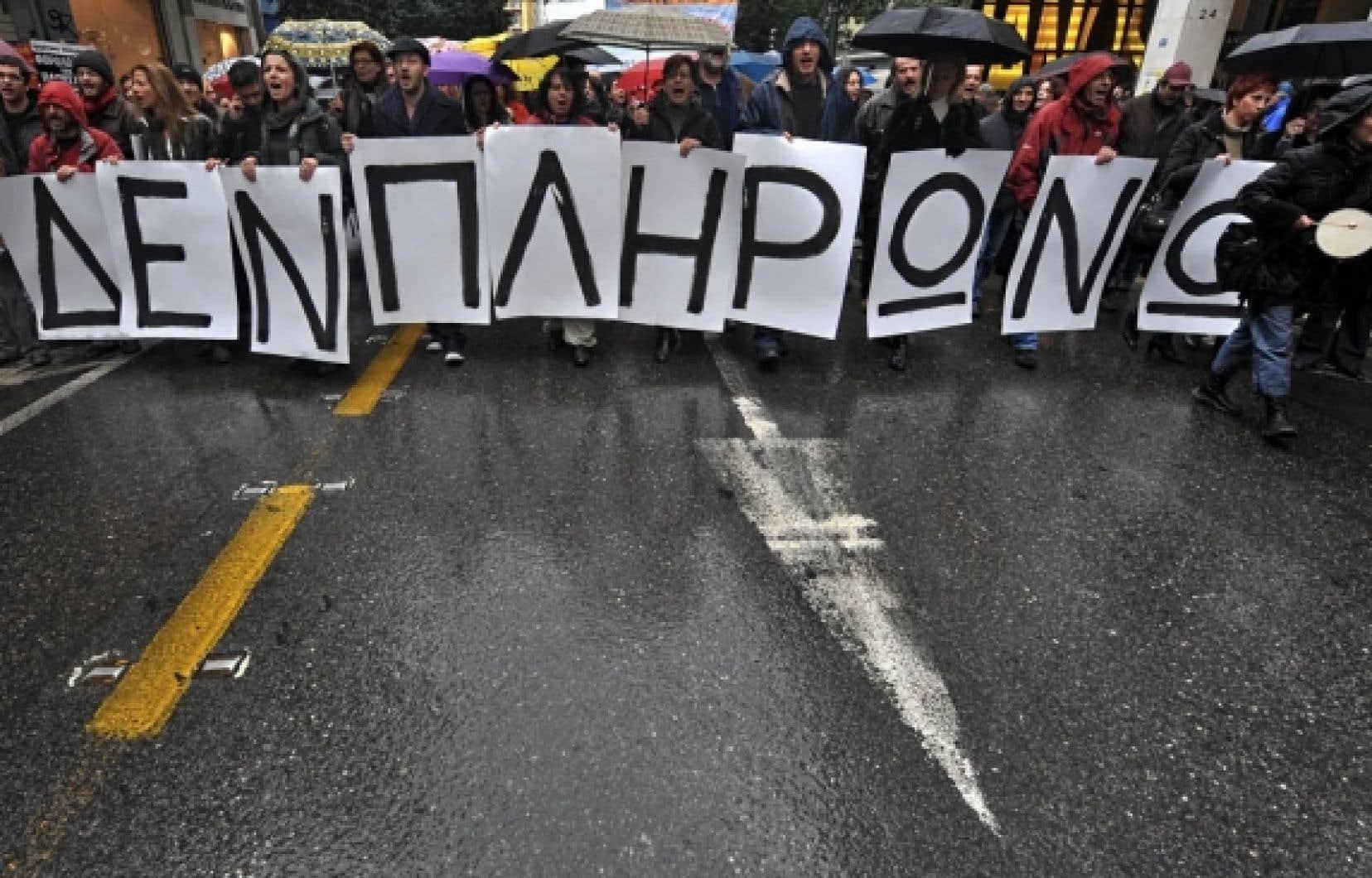 Pendant que les politiciens s'entendaient pour venir en aide à la Grèce, les syndiqués de l'État ont pris la rue hier pour protester contre les mesures d'austérité du gouvernement grec, destinées à réduire l'écrasante dette publique du pays. «Je ne paierai pas», peut-on lire sur ces affiches.