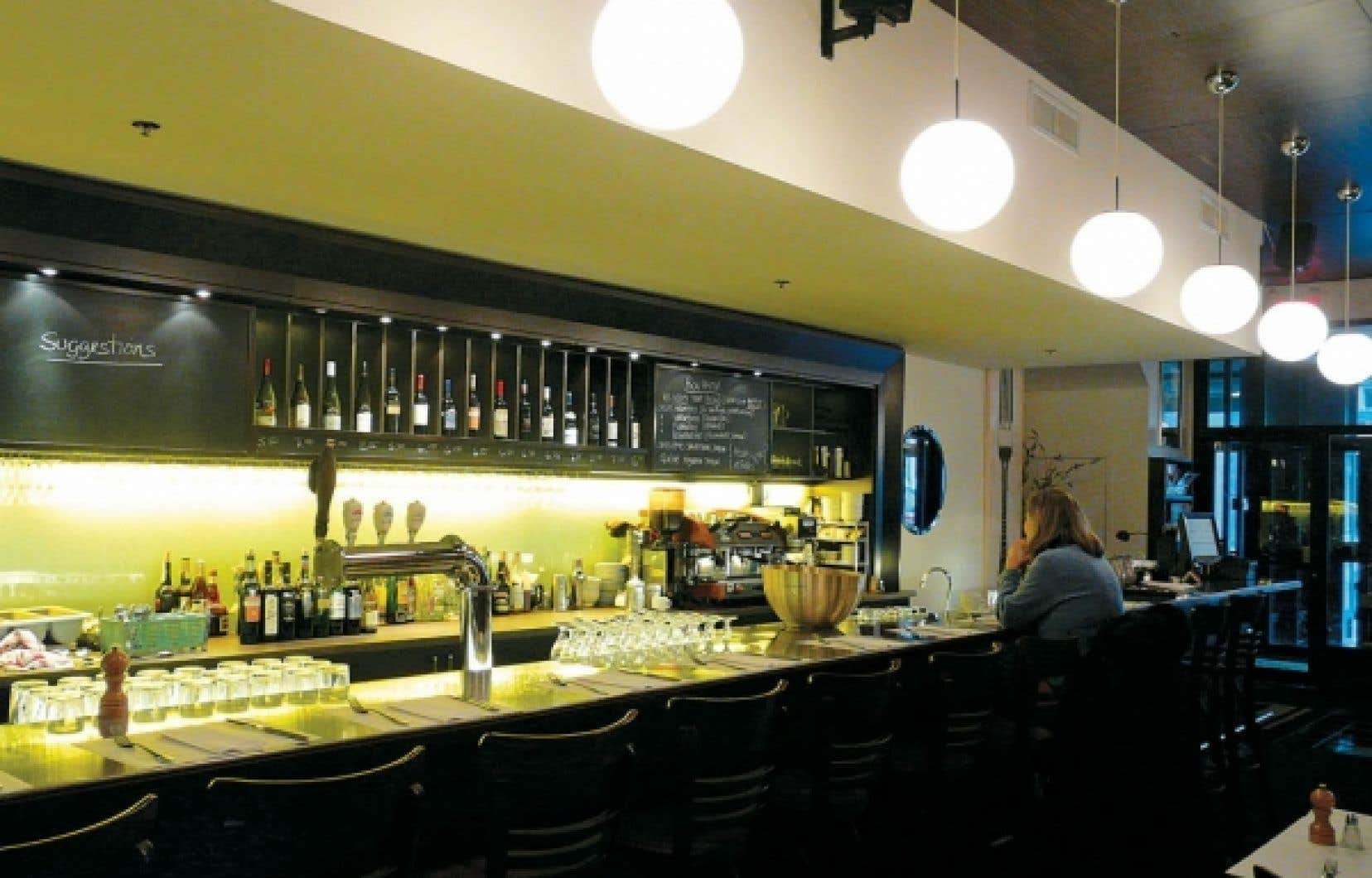 Le restaurant Les Bossus est situé dans la section la plus courue de la rue Saint-Joseph, l'artère qui incarne le renouveau du quartier Saint-Roch. Un mur de pierre garni de tableaux nombreux et variés donne de la chaleur, pendant que le long comptoir de service, attrayant et bien aménagé, confère à l'établissement son style éminemment bistro.