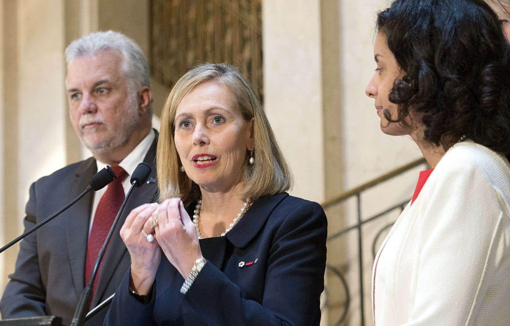 Le premier ministre, Philippe Couillard, et la ministre de l'Économie, Dominique Anglade, entourent Monique Leroux, qui a accepté de présider un comité de 27 personnes chargé de faire des recommandations au gouvernement pour stimuler la croissance de l'économie.
