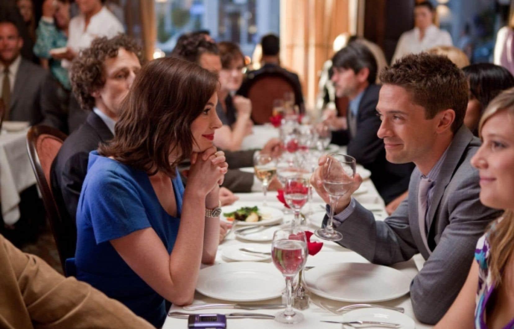 Un jeune commis de bureau (Topher Grace) fait la cour à une secrétaire (Anne Hathaway, le seul élément fort du film)...