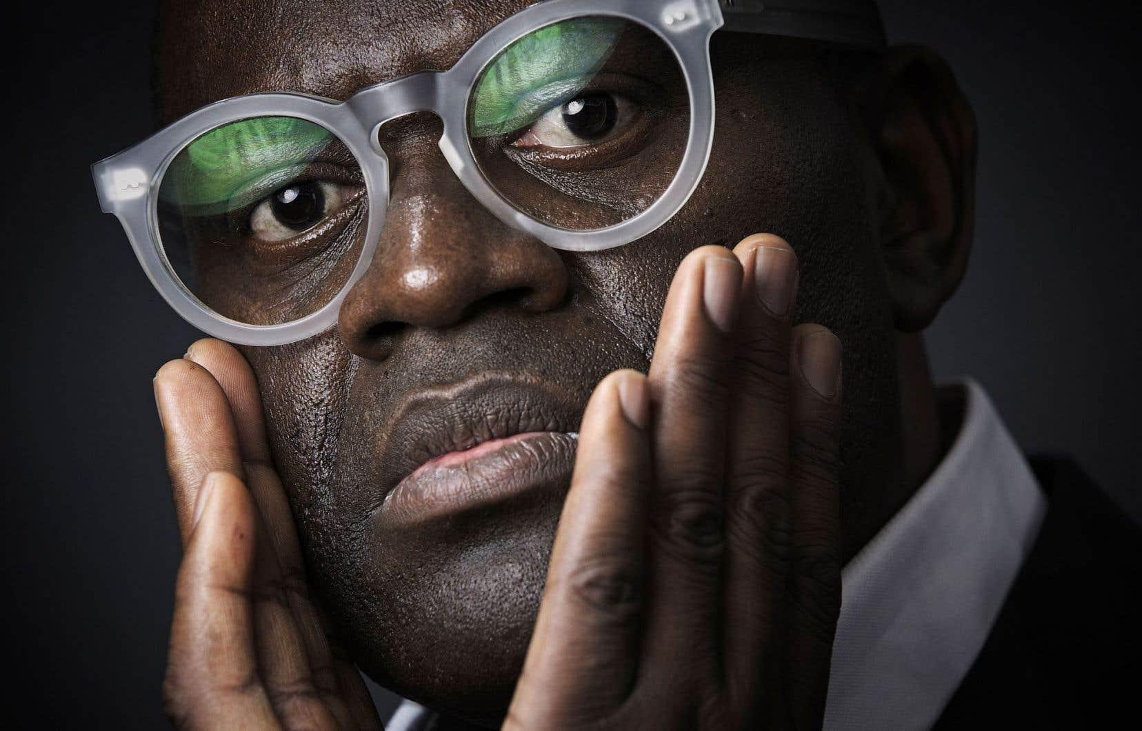 «Un écrivain libre est celui qui refuse une carte d'identité ou celui qui les accumule dans la mesure où elles nourrissent son univers», écrit Mabanckou dans son «autobiographie capricieuse».