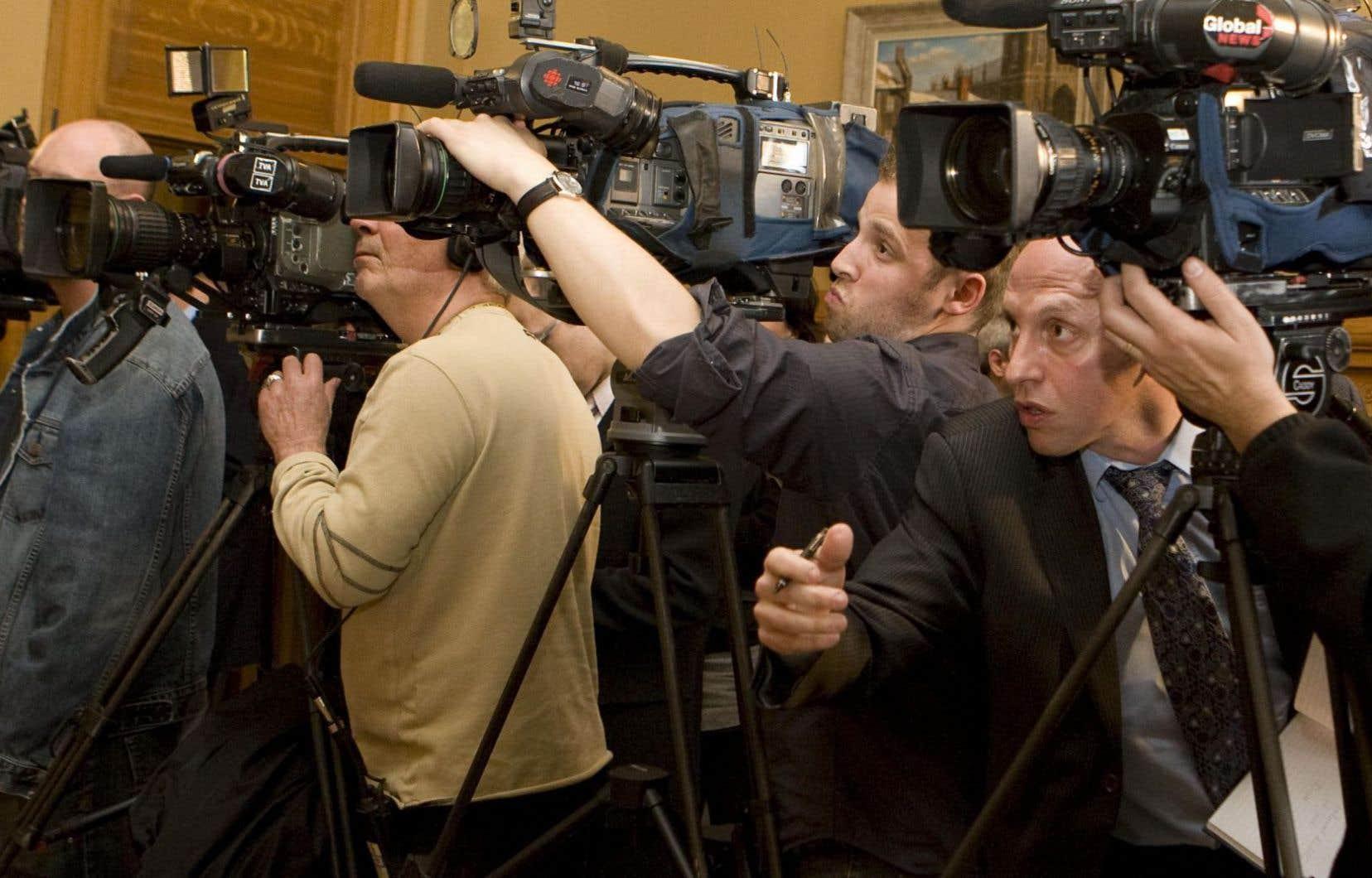 Journalistes et cameramans, alors à l'hôtel de ville de Montréal. «Si tu vas en journalisme politique, il faudra travailler fort pour être égale», prévient Armande Saint-Jean en s'adressant à une jeune journaliste.