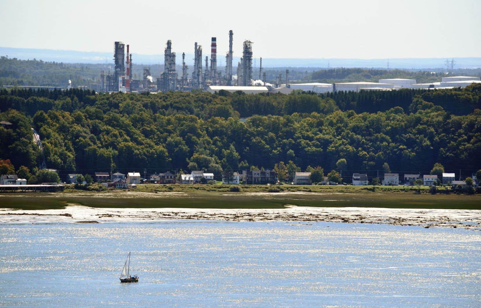 Le pipeline Saint-Laurent relie la raffinerie Jean-Gaulin à Lévis, exploitée par Valero, au terminal pétrolier de Montréal-Est.