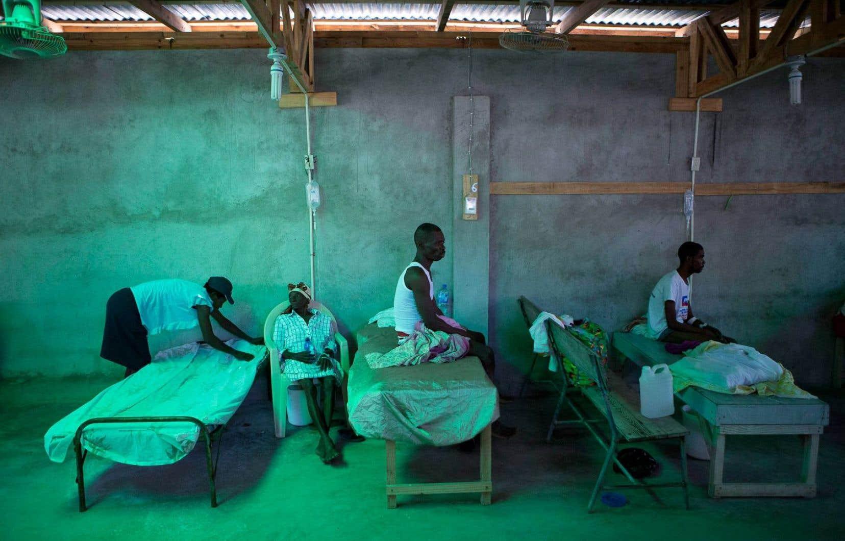 La fille d'Armant Germain, âgée de 84 ans, replaçait les draps sur le lit de sa mère, mardi, dans le pavillon du choléra à l'hôpital de Les Cayes. Cette commune du sud-ouest d'Haïti a été durement frappée par l'ouragan <em>Matthew</em>, la semaine dernière, ce qui fait craindre aux autorités une nouvelle flambée de choléra.
