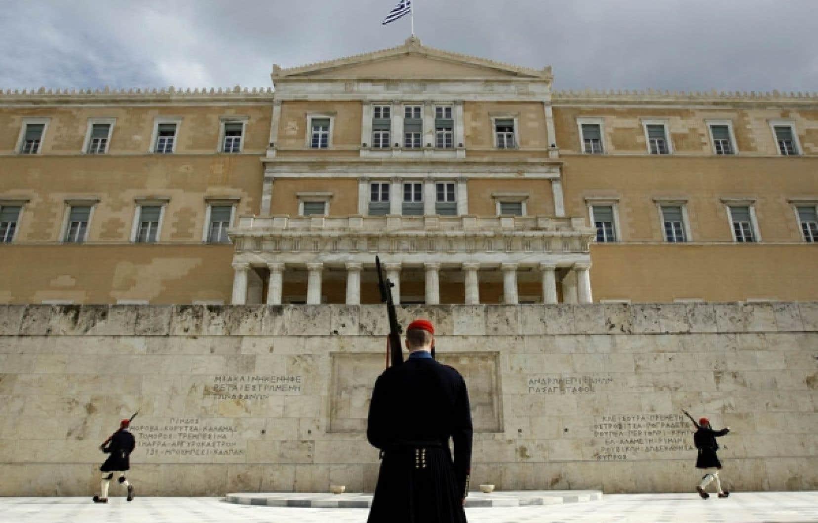 Un changement de la garde devant le parlement grec jeudi, à Athènes, alors que les dirigeants de l'UE jetaient les bases d'un plan d'aide.