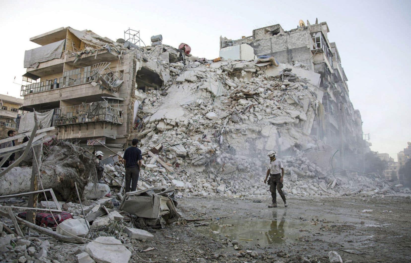 Les Casques blancs ont travaillé sans relâche lundi pour dégager des dizaines de personnes coincées sous les décombres d'un immeuble à la suite d'une frappe dimanche sur le quartier de Qaterji, à Alep.