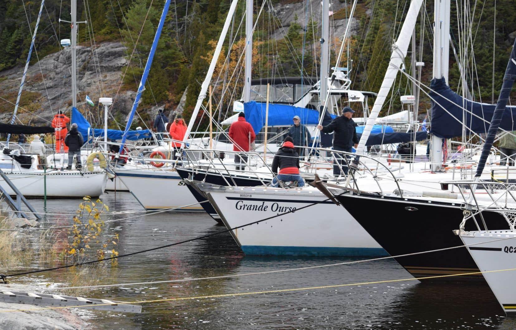 Plus d'un vingtaine de bateaux, essentiellement des voiliers, passent l'hiver dans la cale sèche, qui sera de nouveau remplie au printemps pour leur permettre de quitter le site.