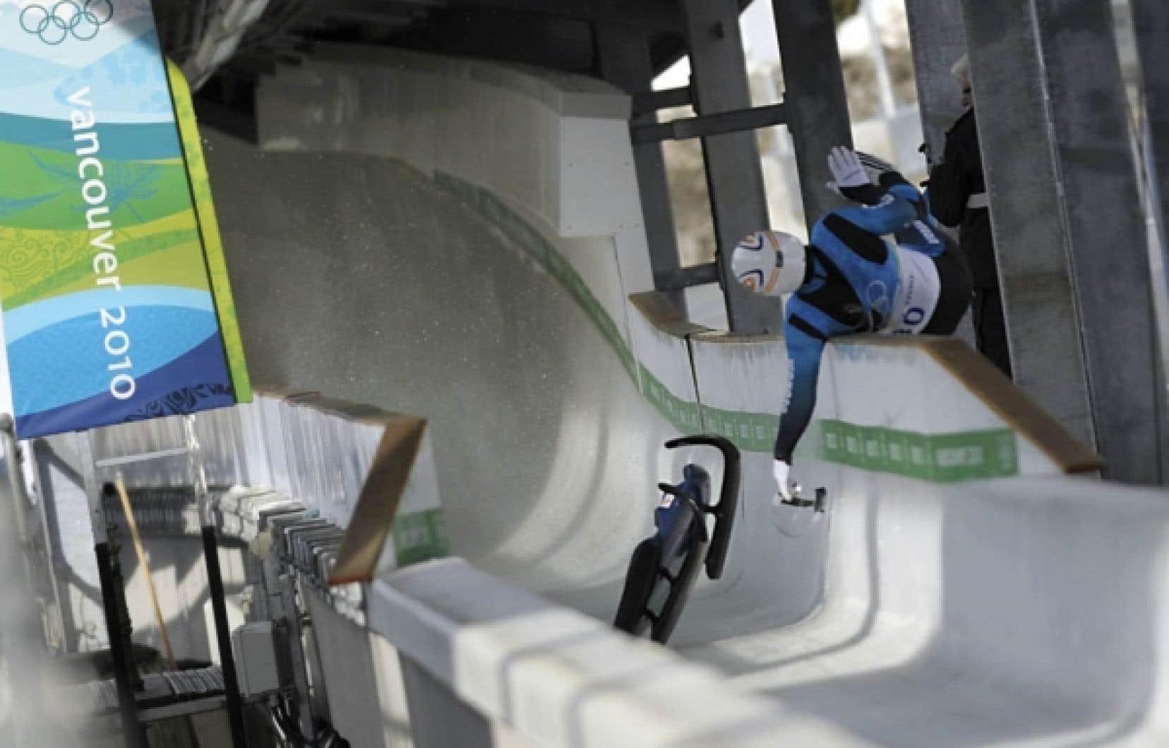 Kumaritashvili s'est tué lors de la seconde session d'entraînement sur la piste olympique de Whistler. Il approchait le dernier virage, où la vitesse peut frôler les 140 km/h, lorsqu'il a été éjecté de la piste et a heurté un poteau métallique.