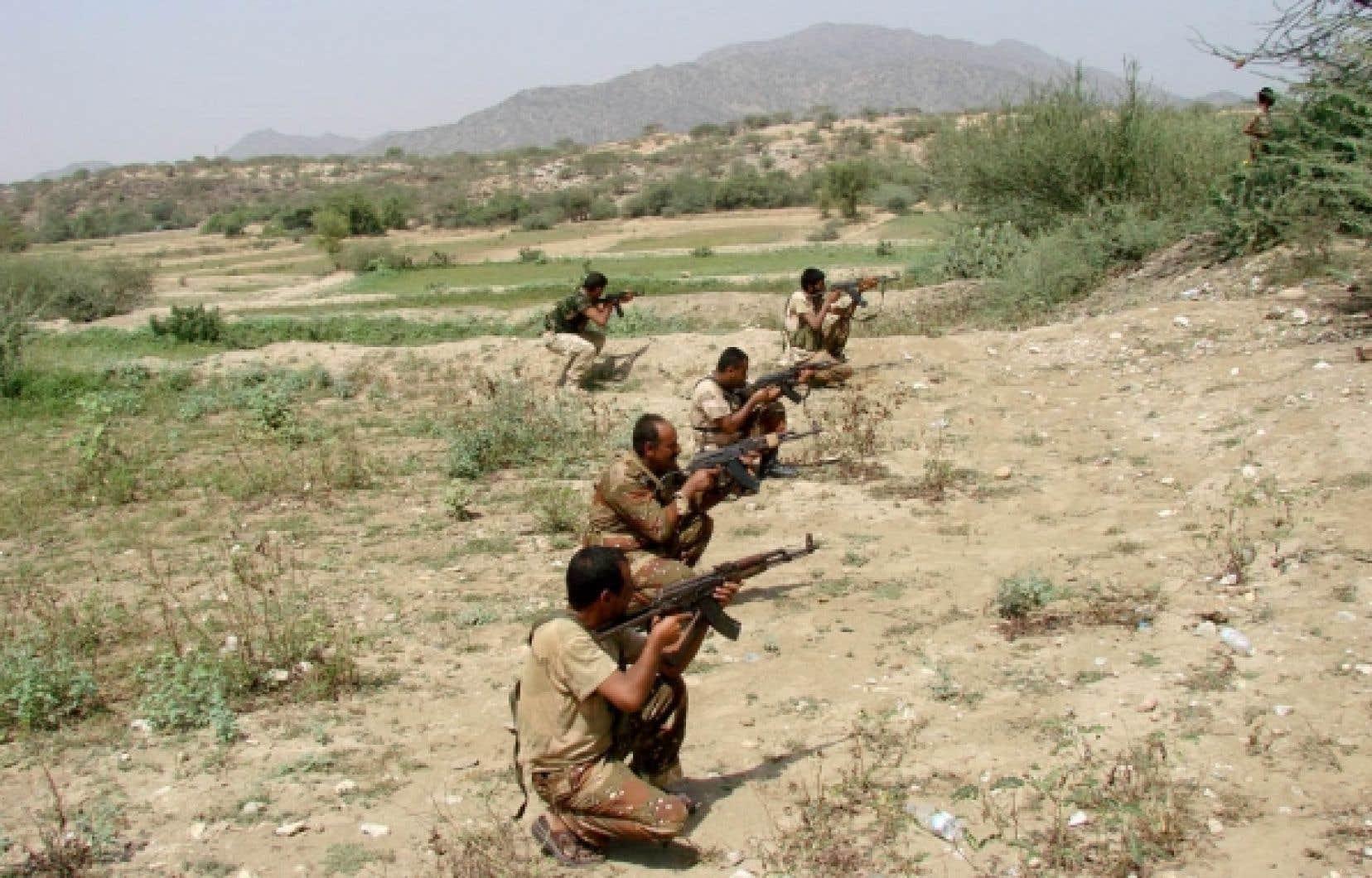 Des soldats yéménites prennent leur position face aux rebelles.