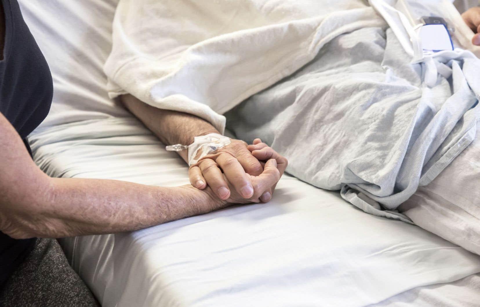 Seulement 11 % des Québécois peuvent mourir à domicile, grâce à des soins palliatifs de qualité, selon Alain Legault.
