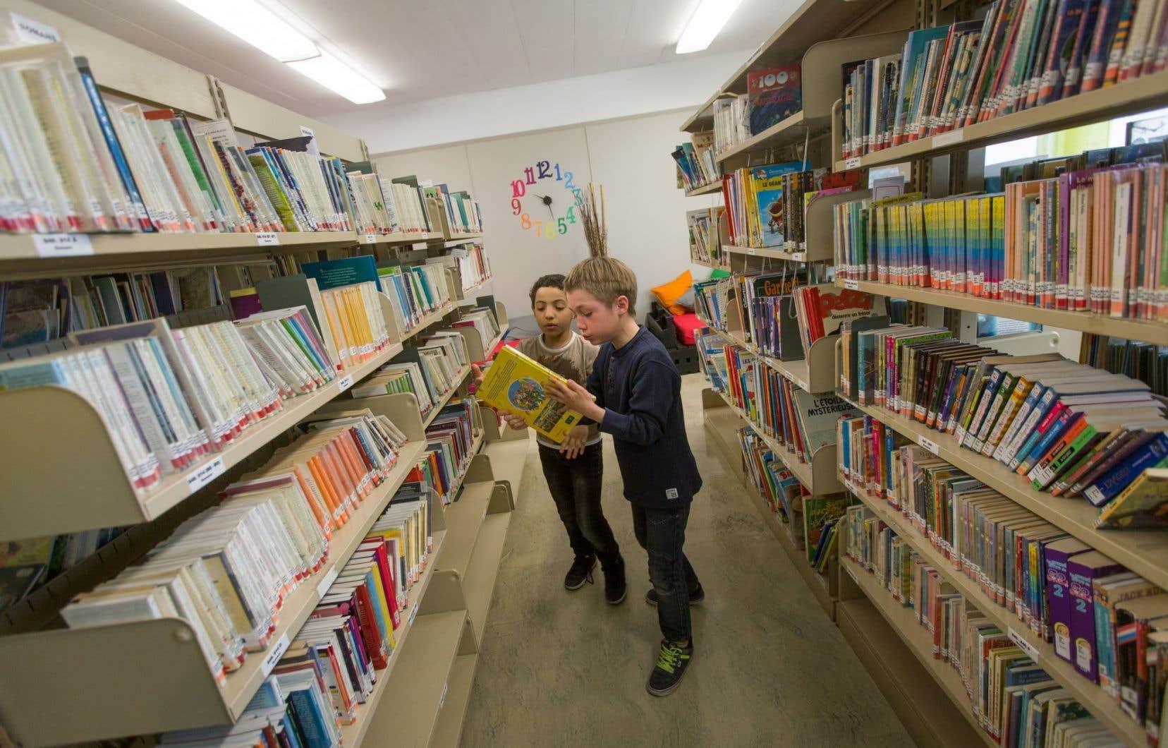 L'Association pour la promotion des services documentaires scolaires présume qu'il y a à peu près une biblio par école, soit 2300 au Québec, pour desservir une population de 1 120 000 élèves, à vue de nez.