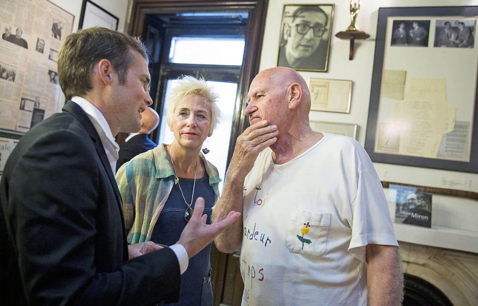 Le poète Olivier Marchand (à droite) en septembre 2013, aux côtés de Danielle Fournier,alors directrice littéraire,et de Martin Balthazar, toujours vice-président chez L'Hexagone