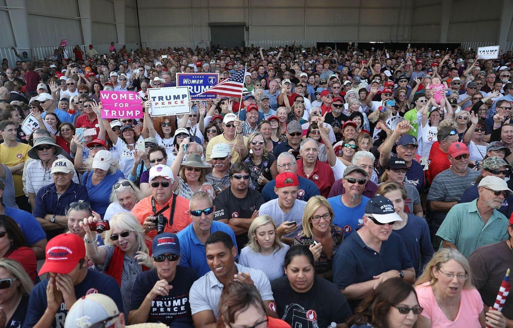 Des partisans de Donald Trump lors d'un rassemblement à Orlando, mardi.Les réseaux sociaux sont devenus une plateforme privilégiée de débat pour les Américains.