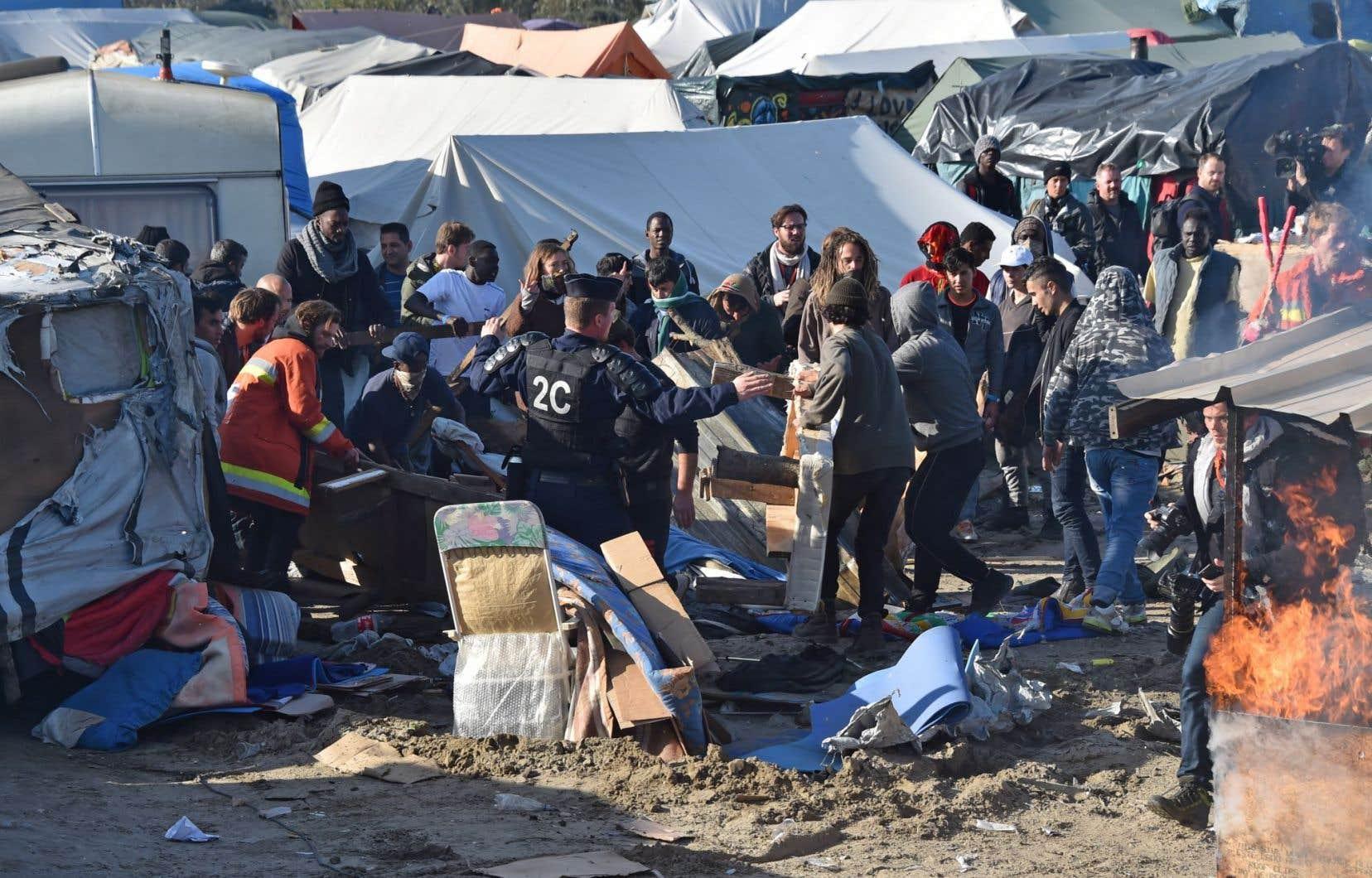 Mardi, des ouvriers ont commencé à démolir les installations du camp, alors que plus 1260 migrants majeurs ont quitté l'endroit.