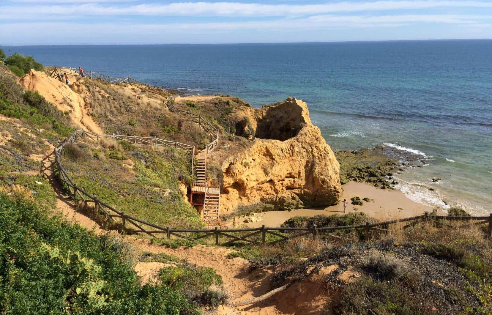 Une des magnifiques plages de la côte déchiquetée du Barlavento de l'Algarve, entre Albufeira et Cabo Sao Vincente. Des sites aux formations géologiques parmi les plus spectaculaires au monde.