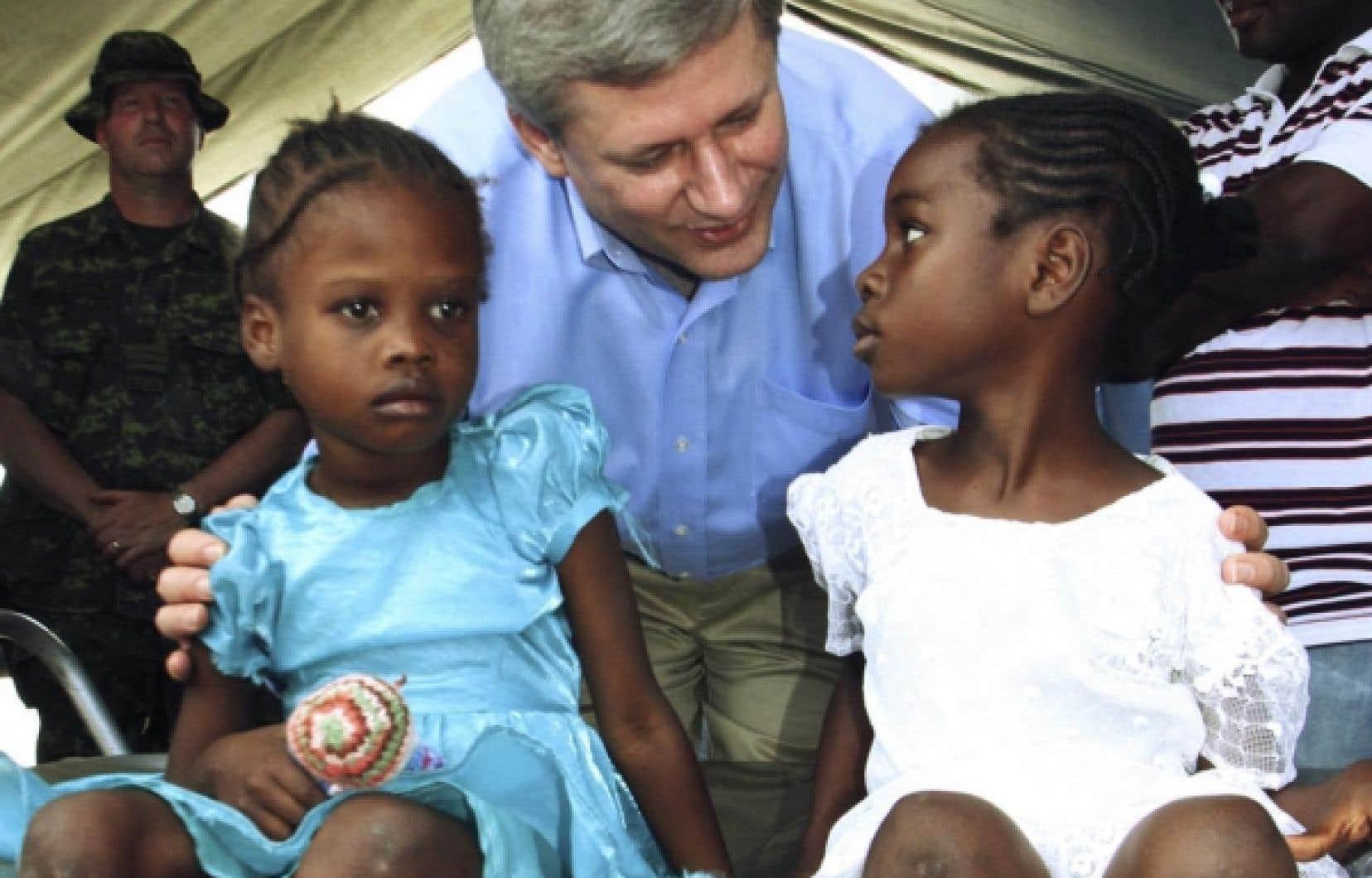 De passage à Jacmel, hier, le premier ministre Harper a fait le tour de la clinique militaire, où de nombreux blessés du tremblement de terre ont été soignés.