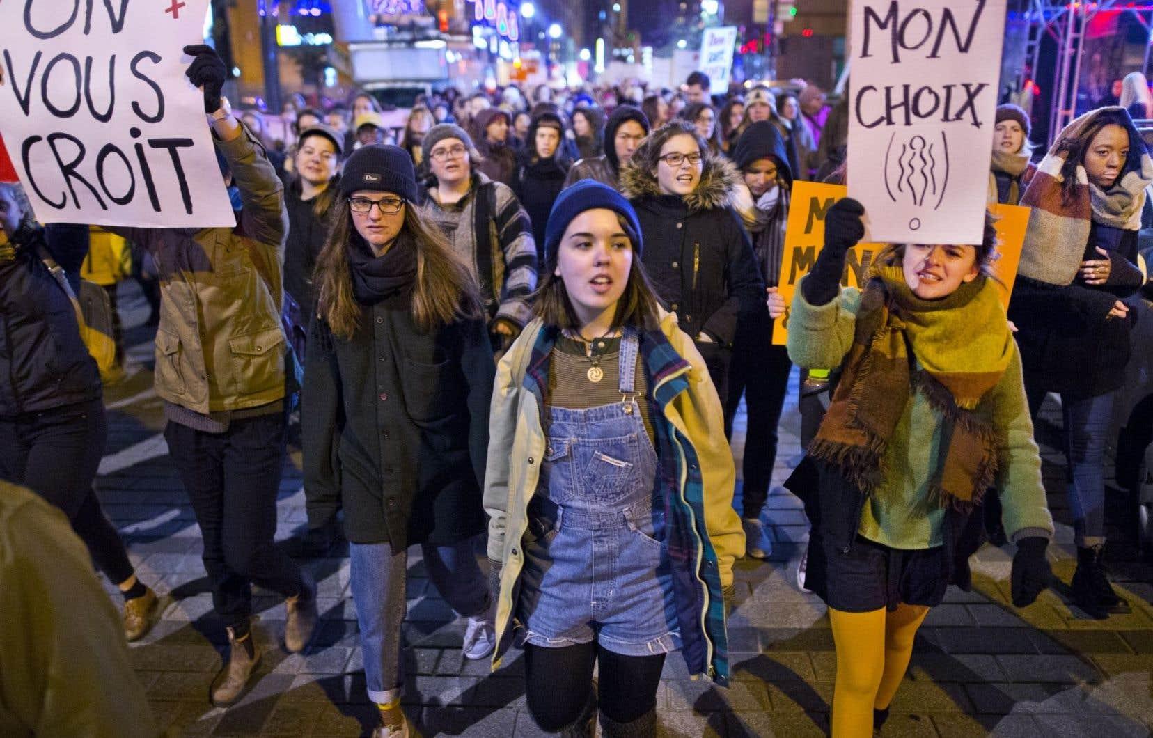 Des manifestantes ont brandit des pancartes où l'on pouvait lire «On vous croit», mercredi, à Montréal.