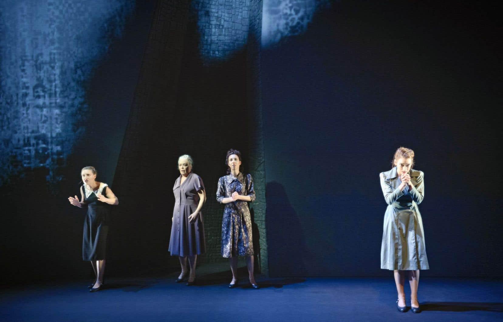 Sur scène, quatre femmes qui n'en font qu'une. Cela traduit la dimension collective de la tragédie et la diversité des histoires d'«Une femme à Berlin», mais aussi la solidarité des femmes entre elles.