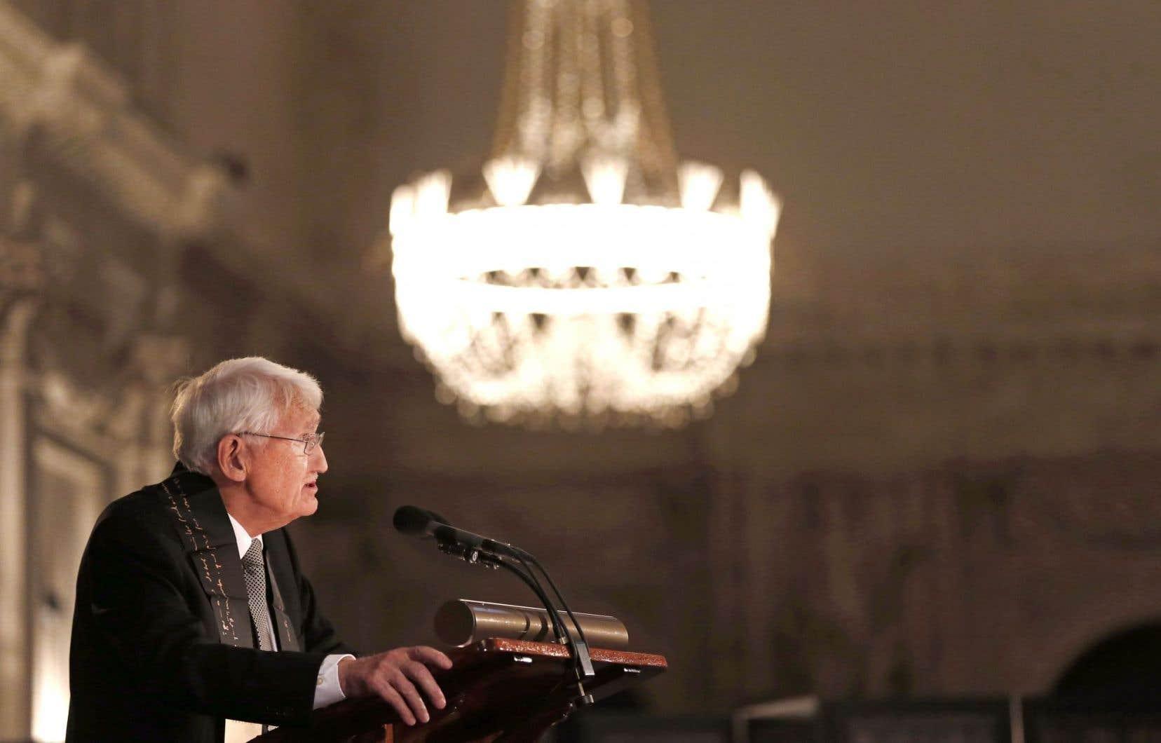 Jürgen Habermas s'intéresse depuis au moins trente ans au débat constitutionnel qui anime la République fédérale allemande. Il s'est aussi penché sur le rapport complexe à la Constitution dans le contexte politique américain.